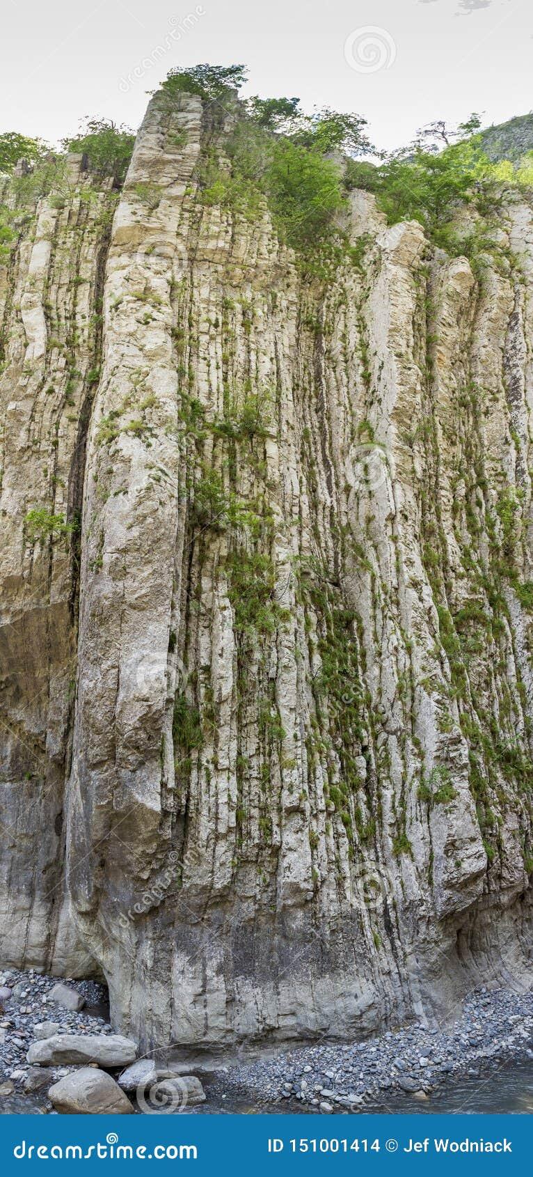 Couches verticales sur la roche chez Clue de Barles canyon de rivière de Bes près des bains de les de Digne