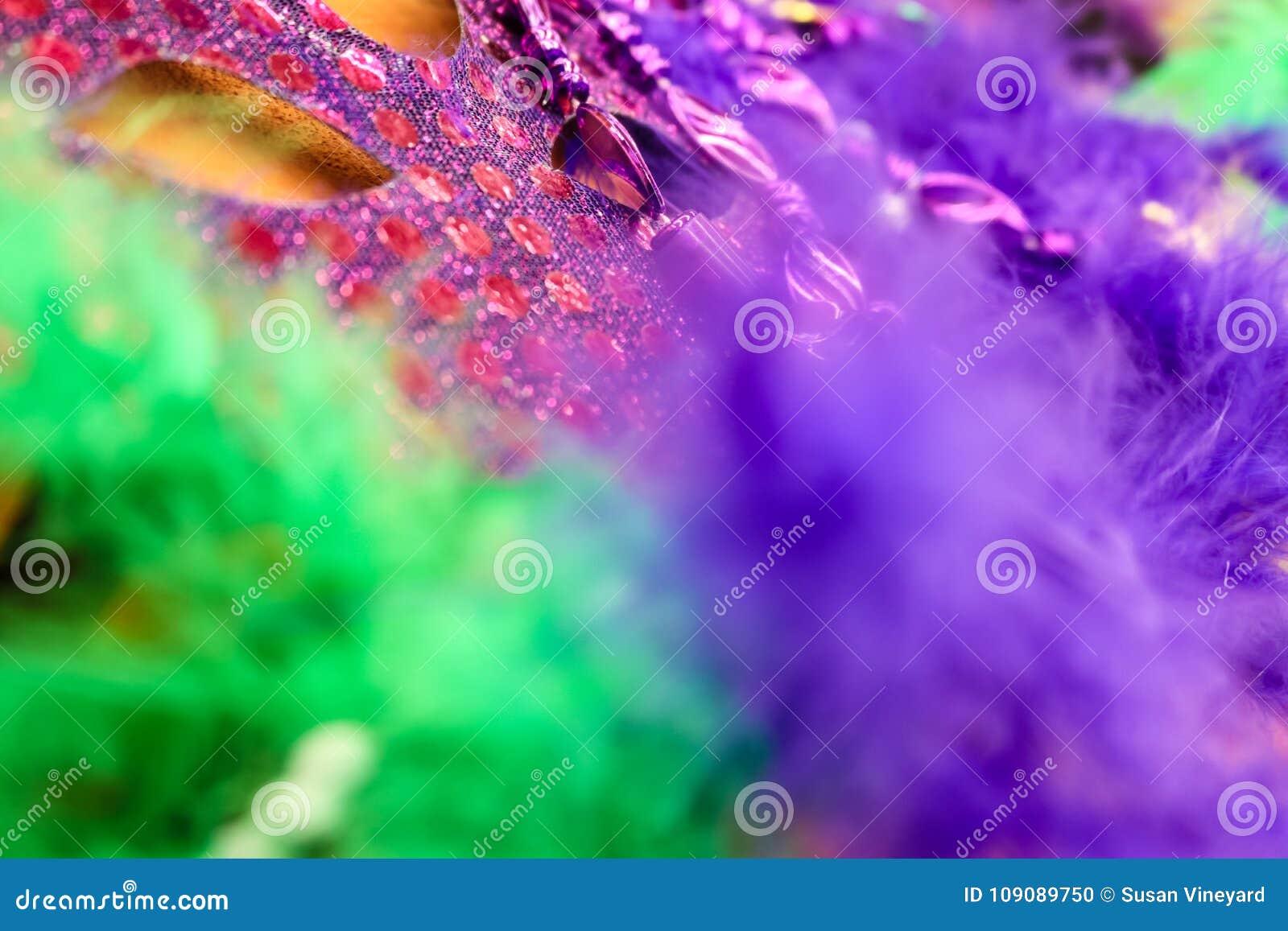 Couleur intense - fond de Mardi Gras - de Carnaval dans pourpre et vert - plumes brouillées et un masque sur le fond d or
