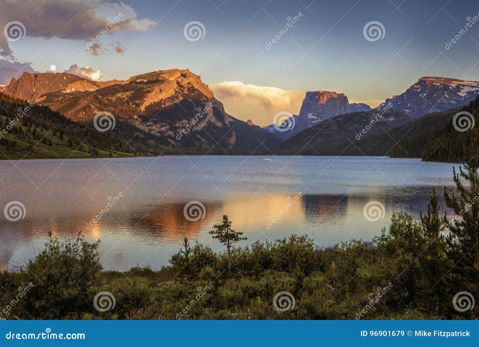 Couleurs de coucher du soleil sur les montagnes supérieures blanches de roche et de place au-dessus des lacs green River