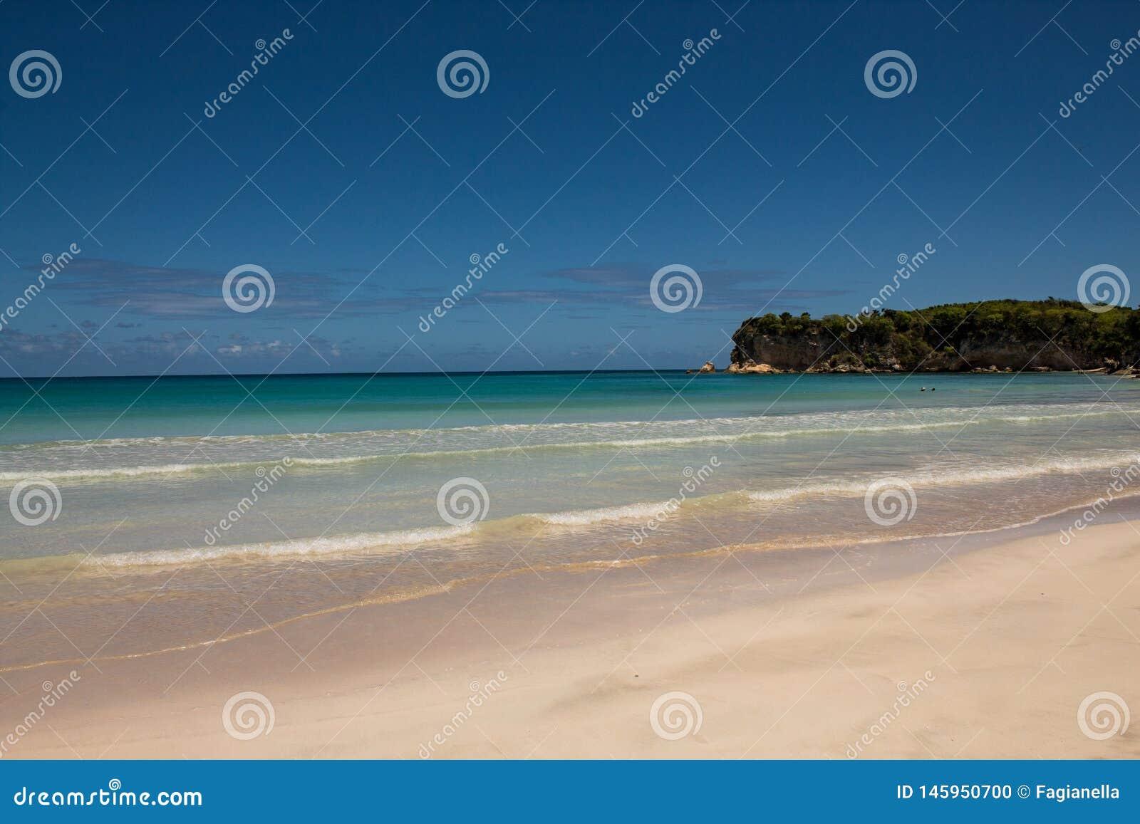Couleurs des Cara?bes : plage publique, mer bleue intense et ciel : paradis tropical