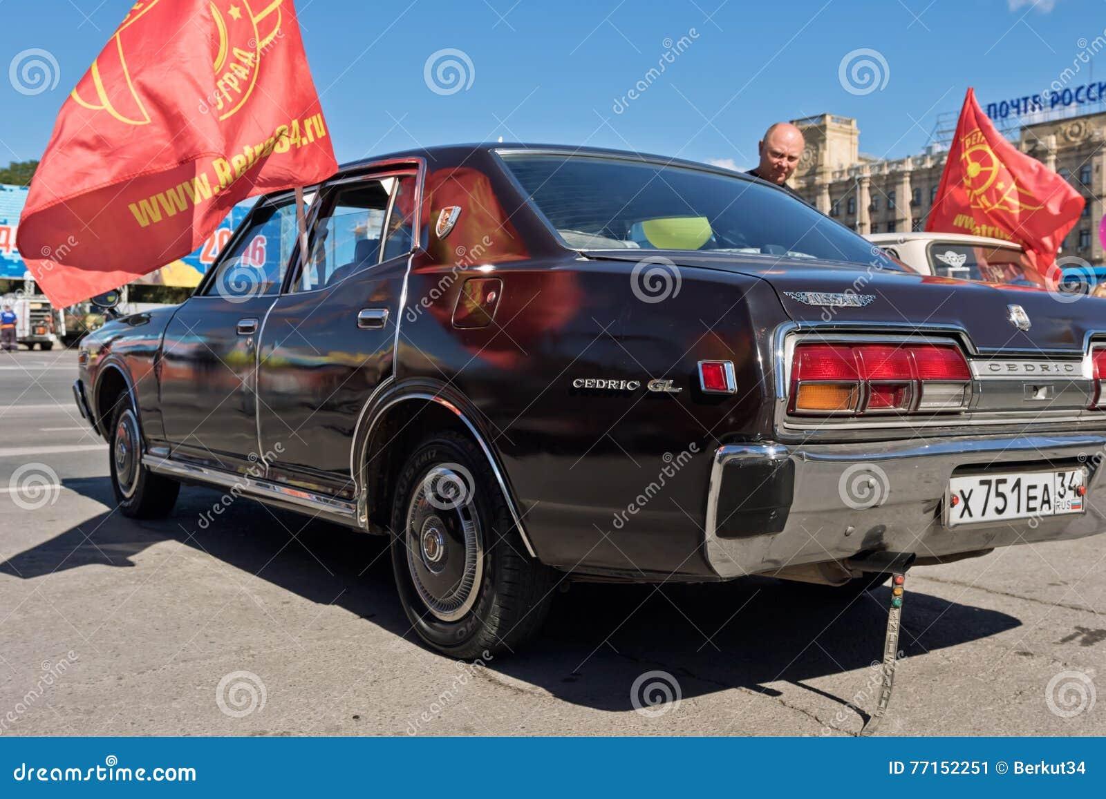 Couleurs foncées de Nissan Cedric GL à l exposition des voitures de vintage