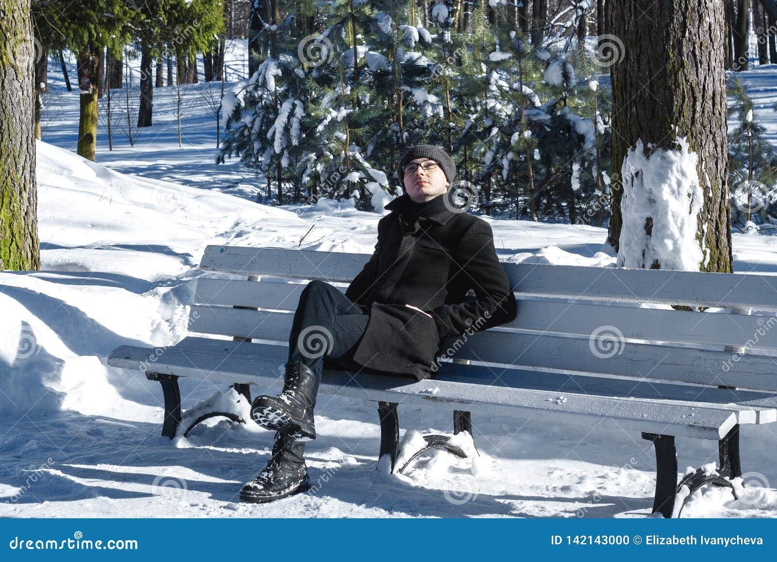 Couleurs froides Homme en parc pins Hommes avec des glaces l hiver de snowboarder d homme de capot