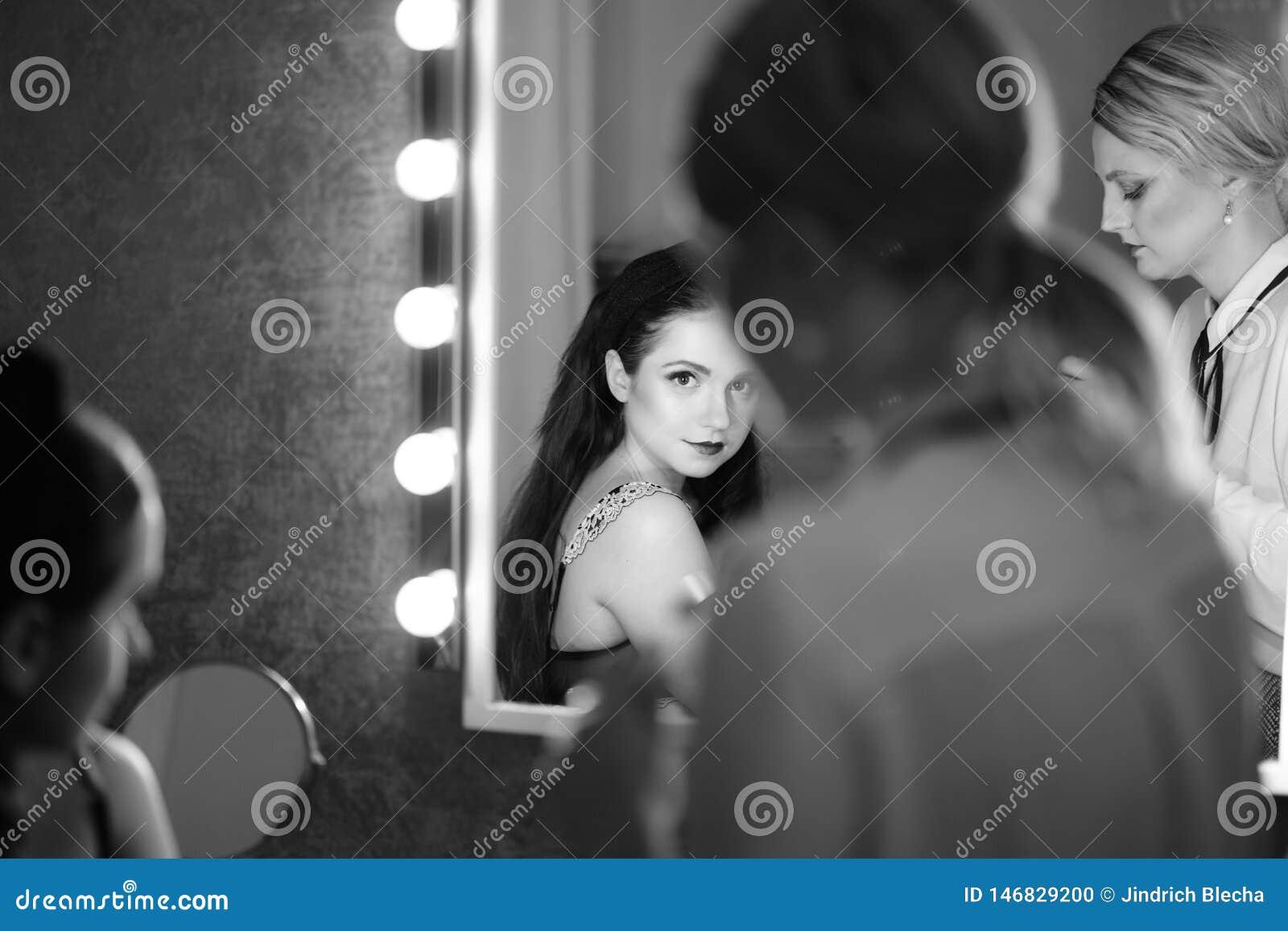 Coulisse - maak omhoog zitting met twee meisjes       jonge naakte vrouw