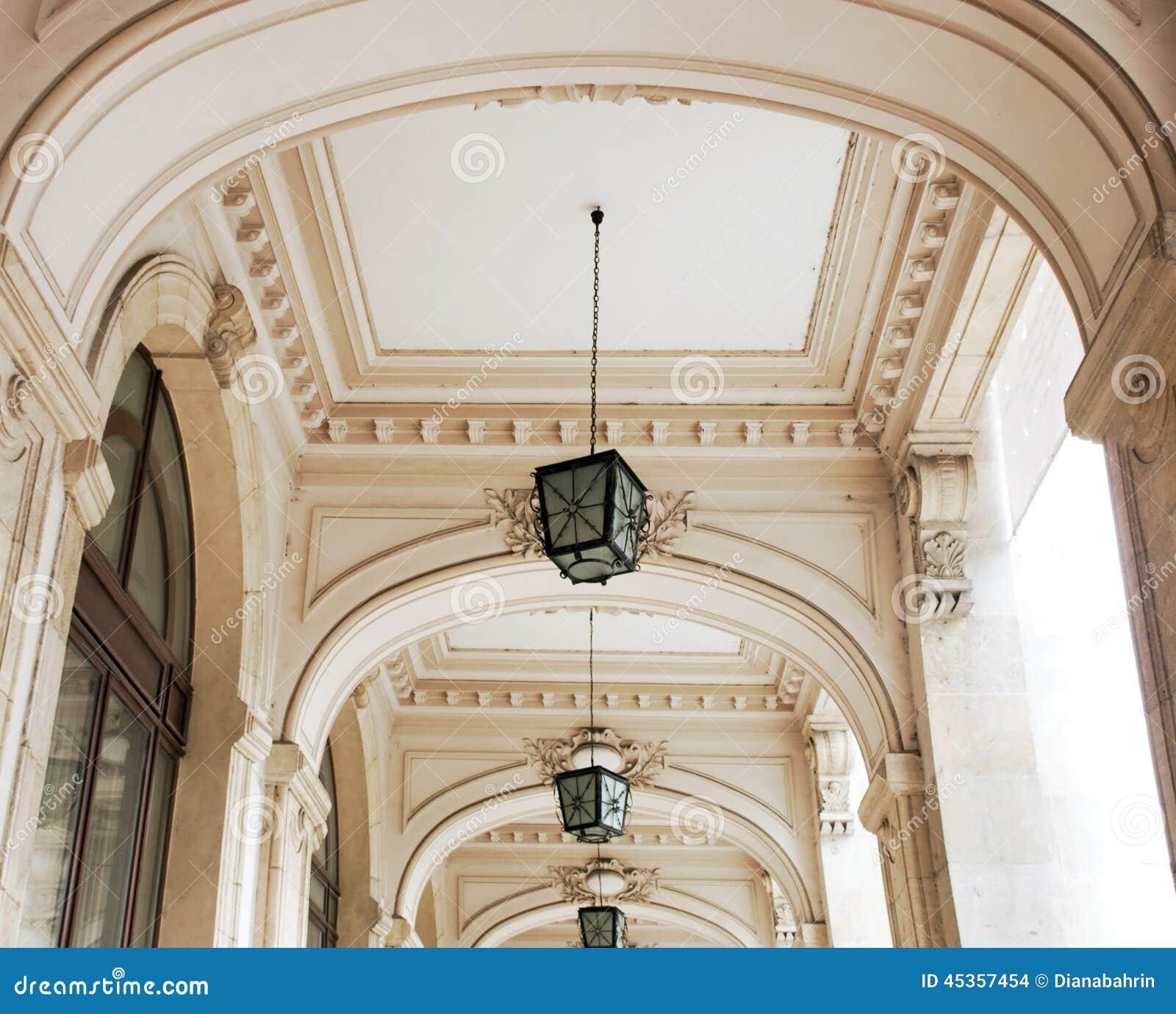 Couloir avec des arcades