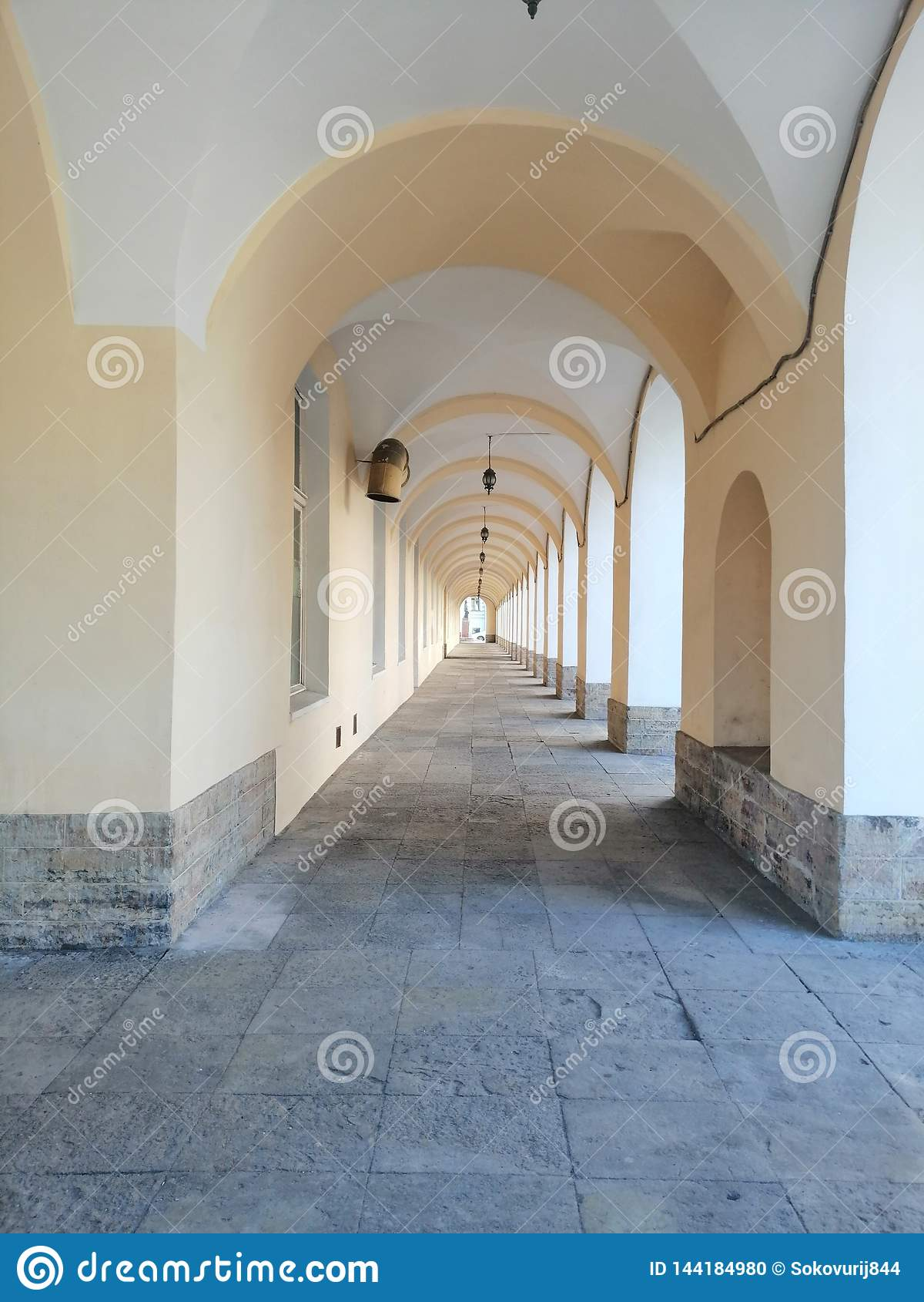 Couloir avec des voûtes et des lumières de la bibliothèque