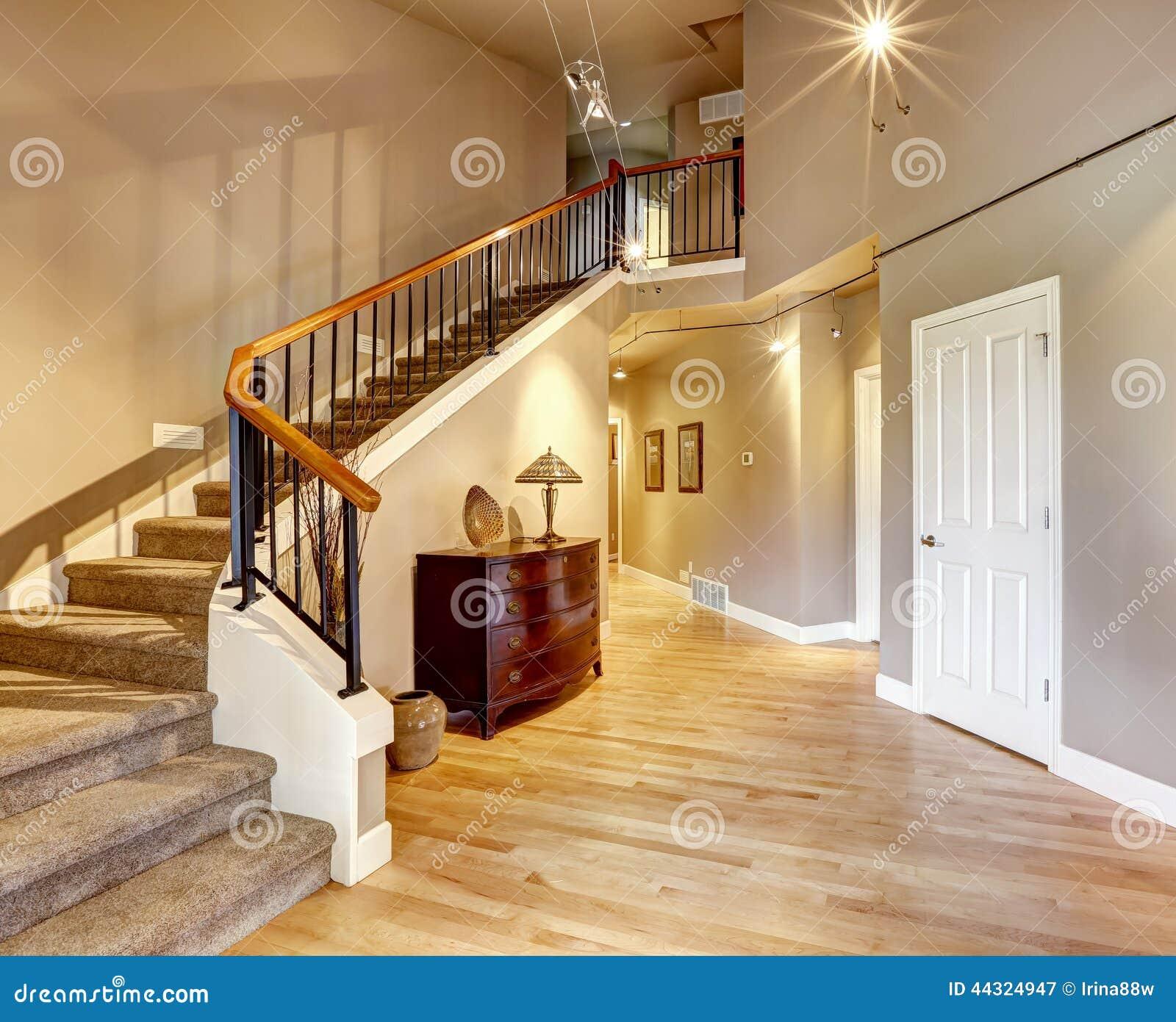 Couloir avec l 39 escalier dans la maison de luxe photo stock for Maison de l escalier