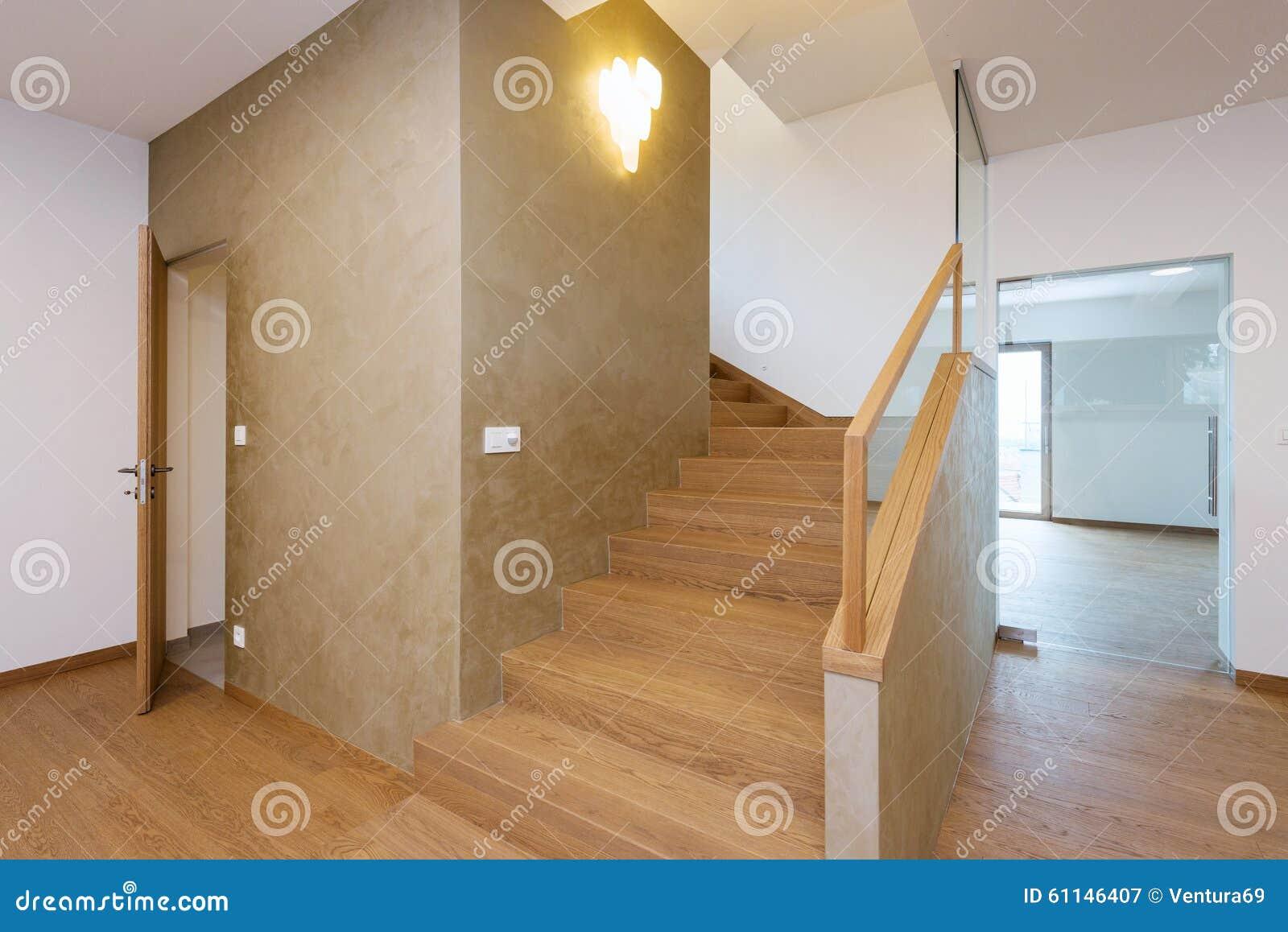 couloir avec l 39 escalier dans la maison moderne image stock image du moderne lifestyle 61146407. Black Bedroom Furniture Sets. Home Design Ideas