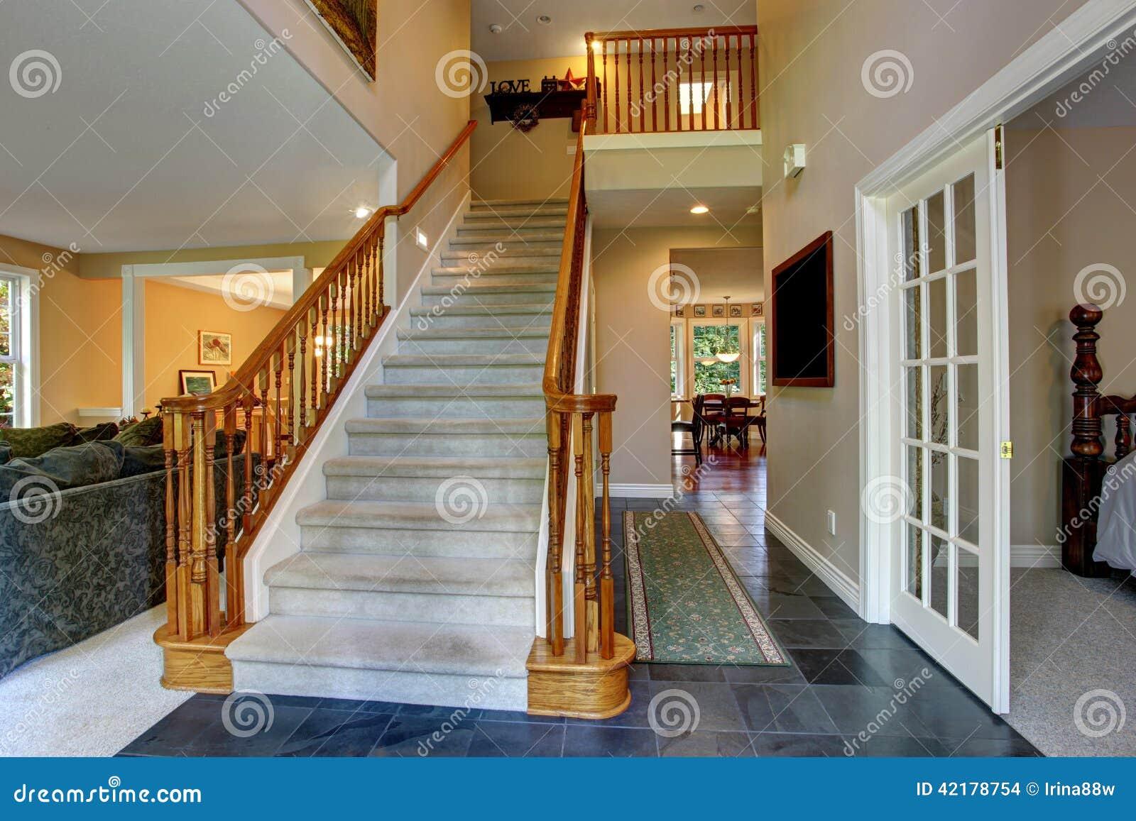 couloir avec l 39 escalier en bois photo stock image 42178754. Black Bedroom Furniture Sets. Home Design Ideas