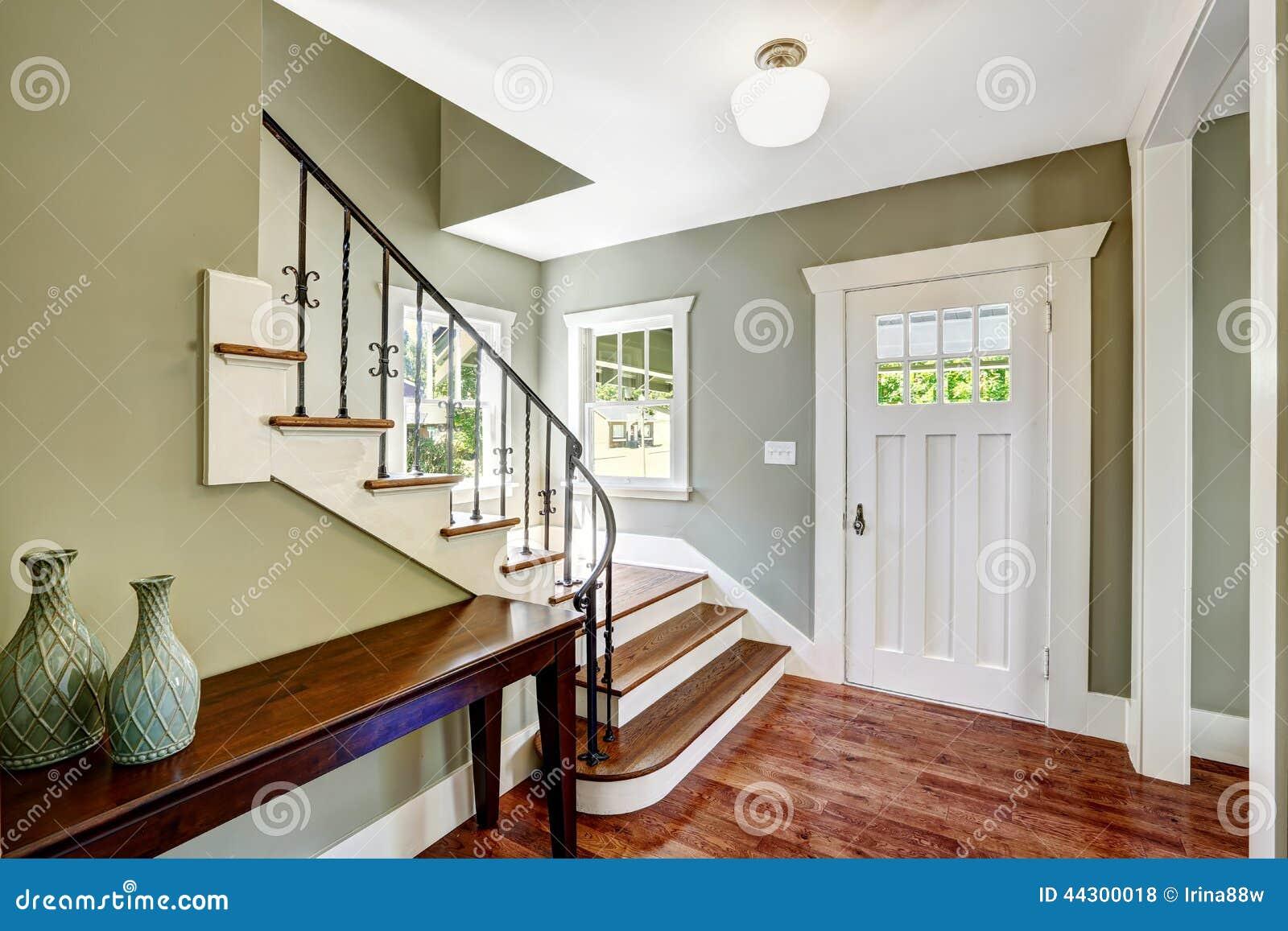couloir d 39 entr e avec l 39 escalier photo stock image du plafond aqua 44300018. Black Bedroom Furniture Sets. Home Design Ideas