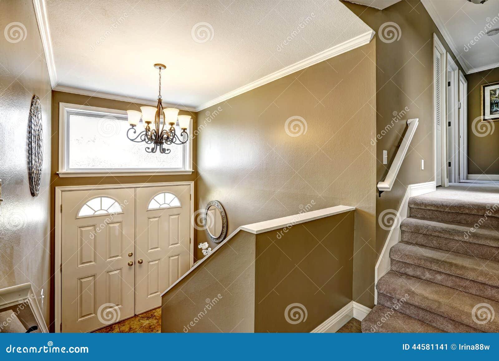 Couloir D\'entrée Avec L\'escalier Image stock - Image du appartement ...