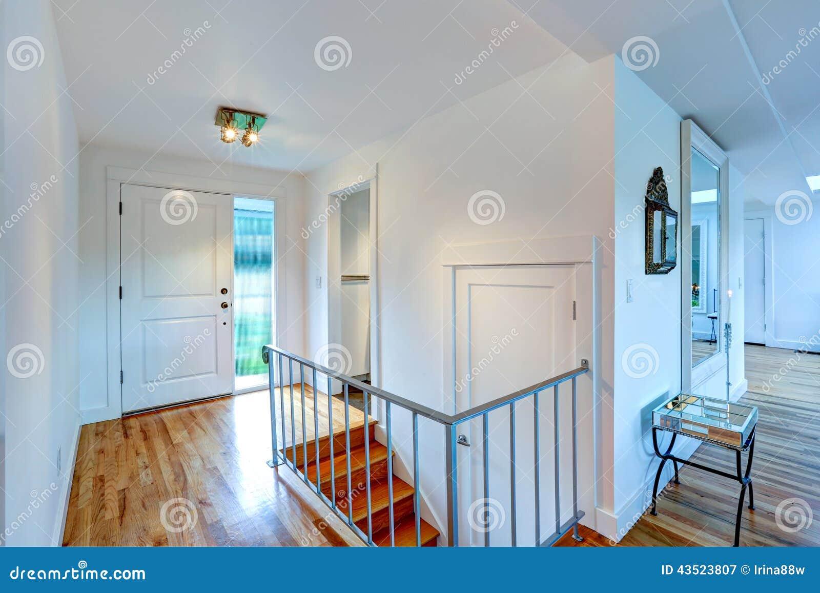 Couloir D\'entrée Avec L\'escalier Dans La Maison Vide Image stock ...