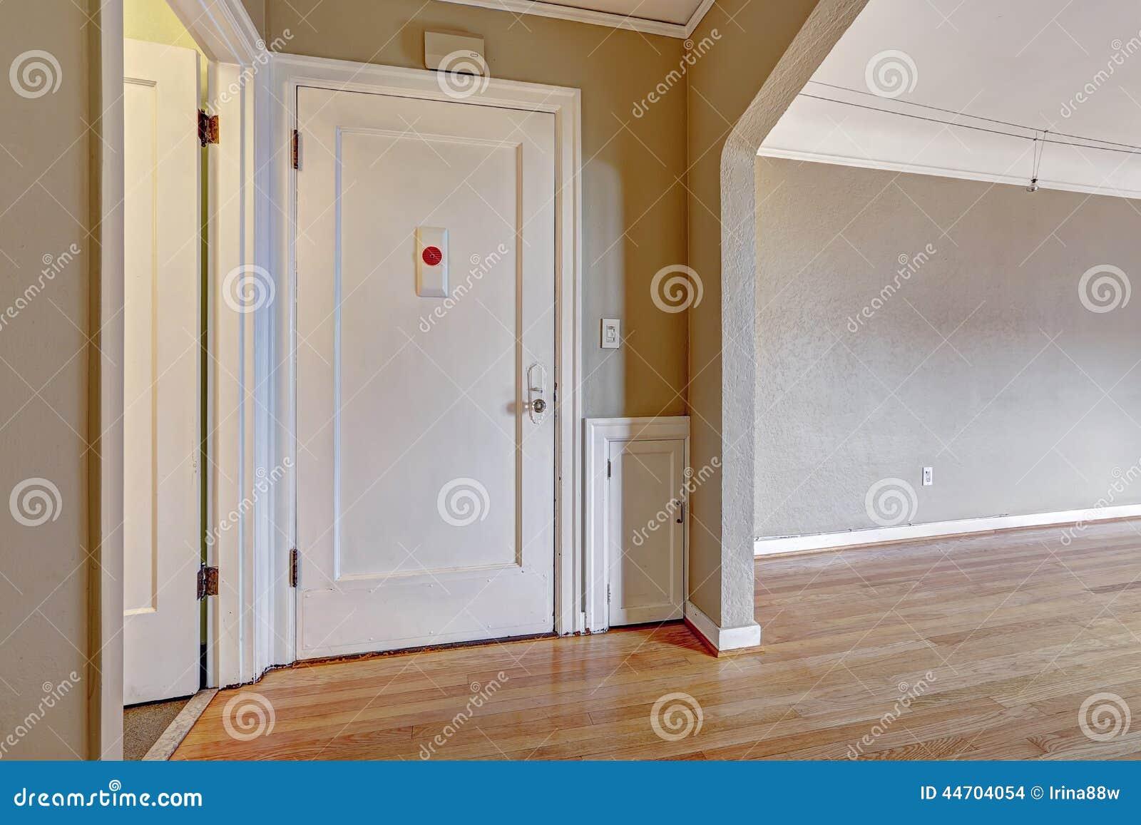 Photo stock: Couloir d entrée en vieil appartement