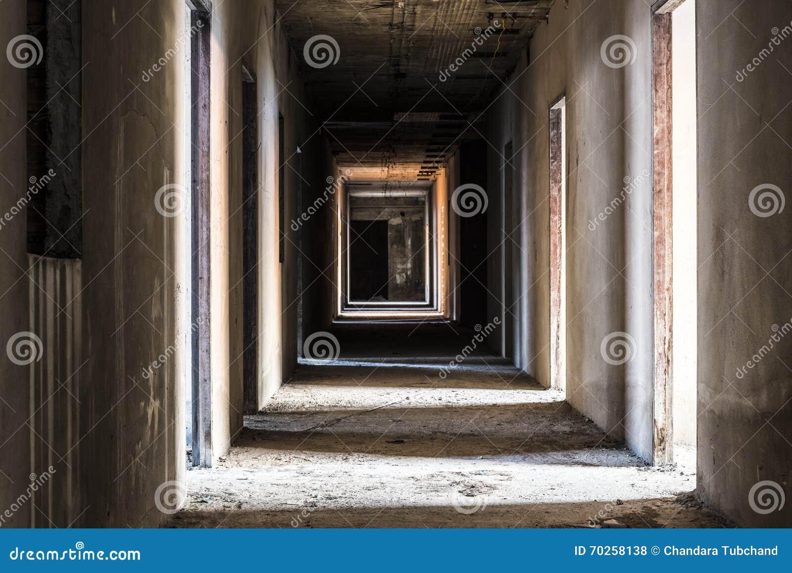 Couloir dans le bâtiment abandonné