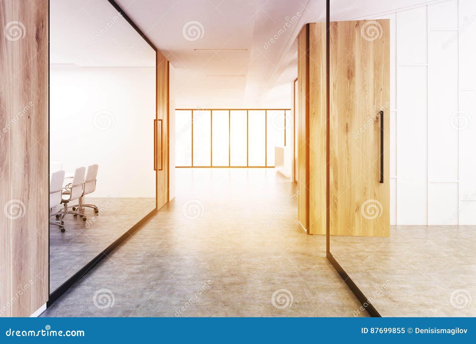 Couloir de bureau avec du bois et le verre modifiés la tonalité