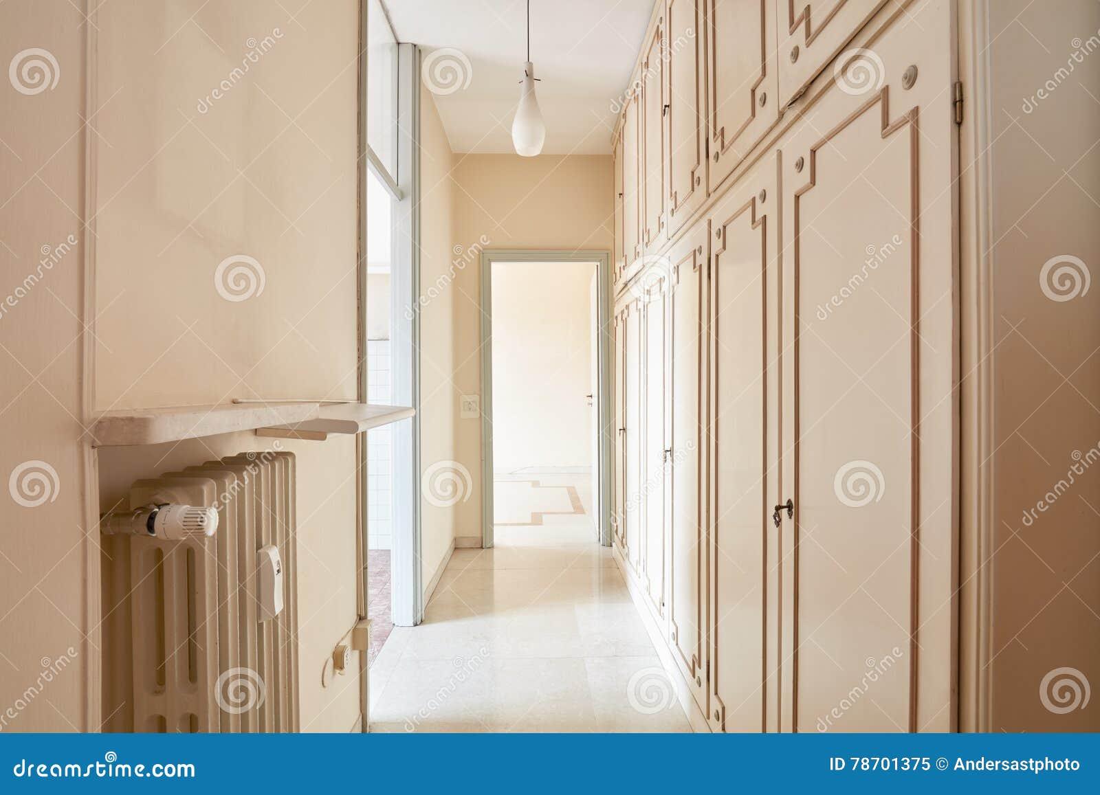 Couloir En Appartement Vide Image stock - Image du élégance, wooden ...