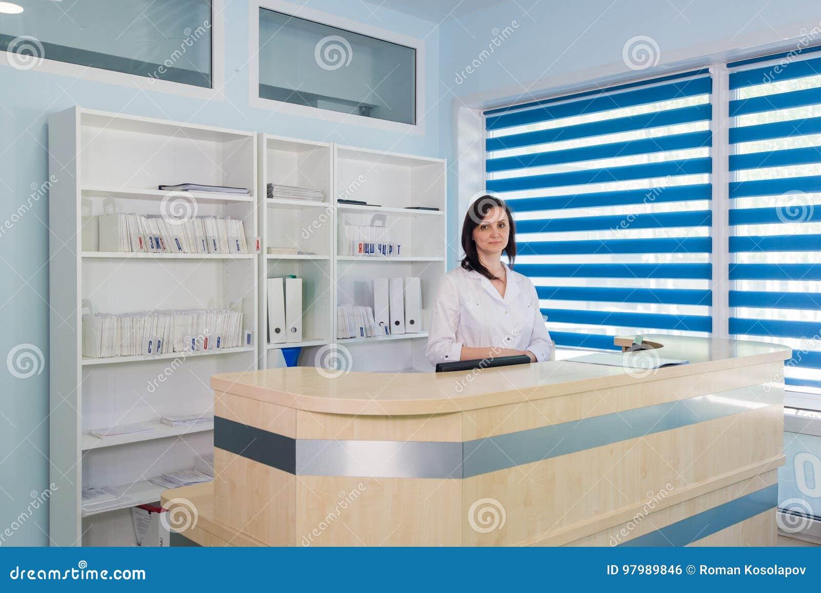 Couloir la chambre de secours et réceptionniste de l hôpital et de la femme de patient