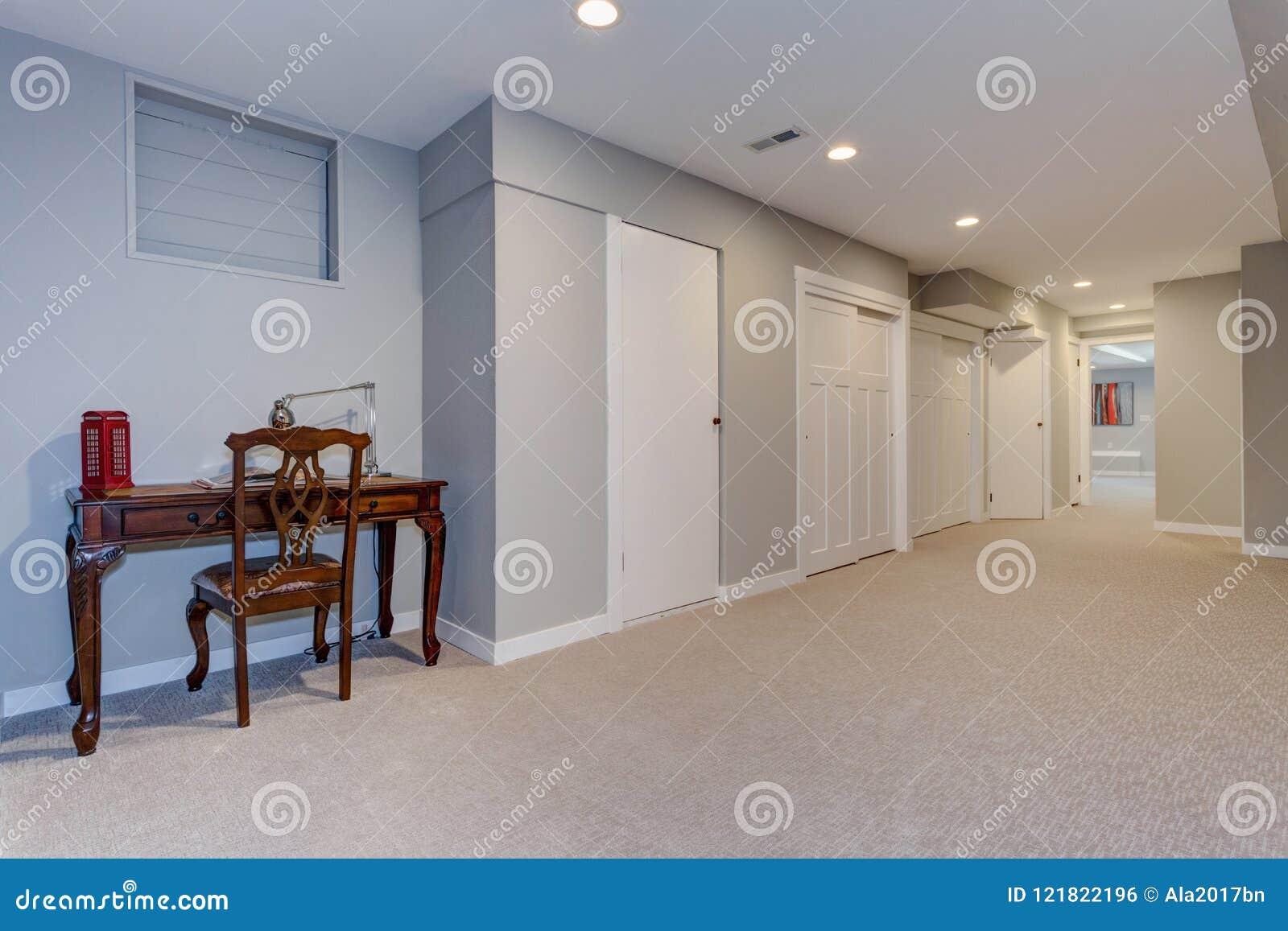 Couloir Large Du Sous-sol à La Maison Photo stock - Image du fond ...