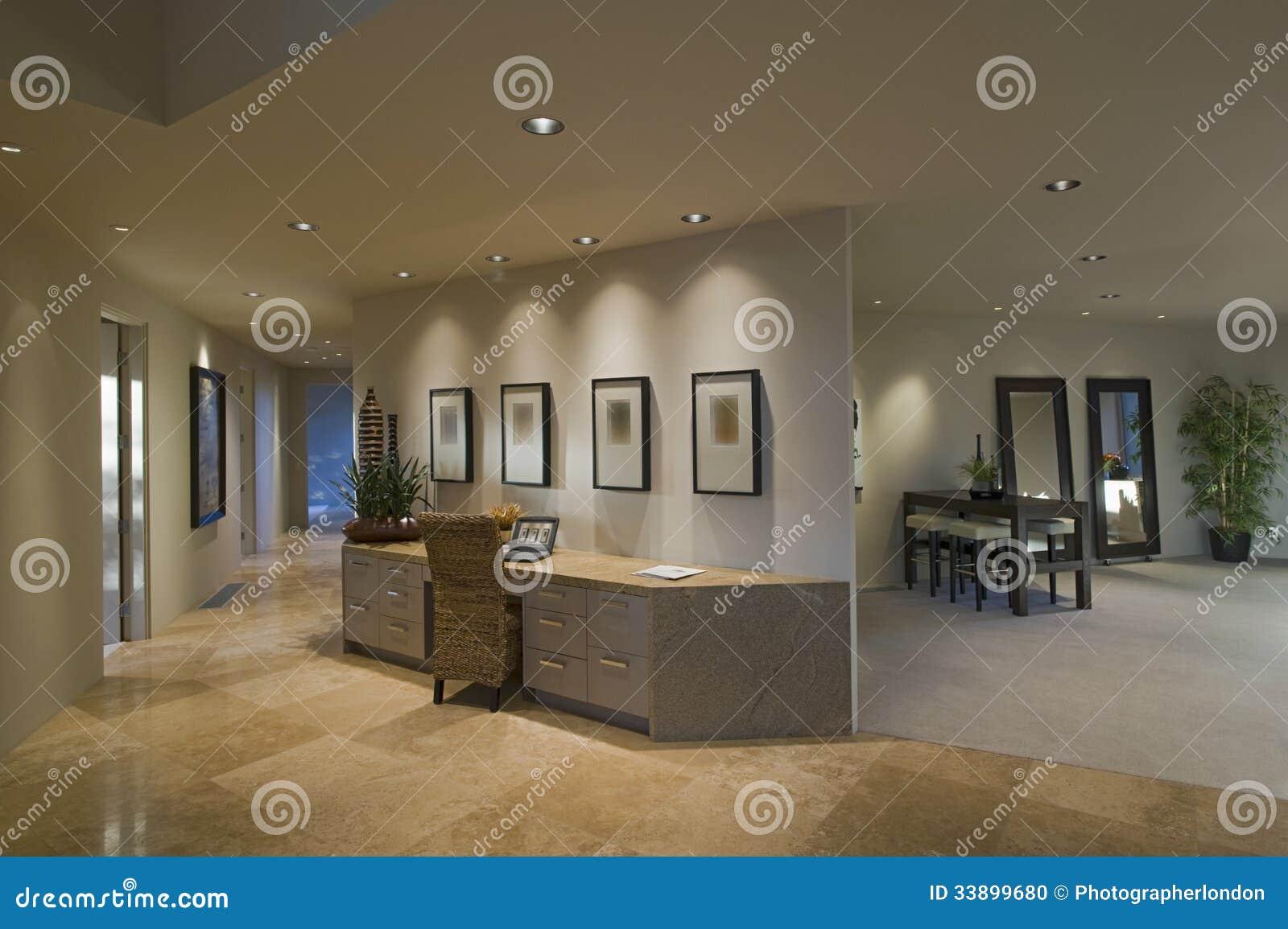 Couloir le long de bureau de s paration dans la maison de luxe - Largeur couloir maison ...
