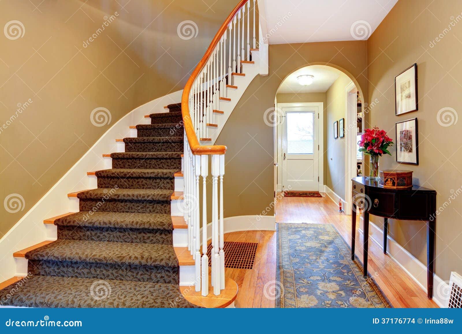couloir lumineux avec les escaliers et l 39 arcade en bois images stock image 37176774. Black Bedroom Furniture Sets. Home Design Ideas