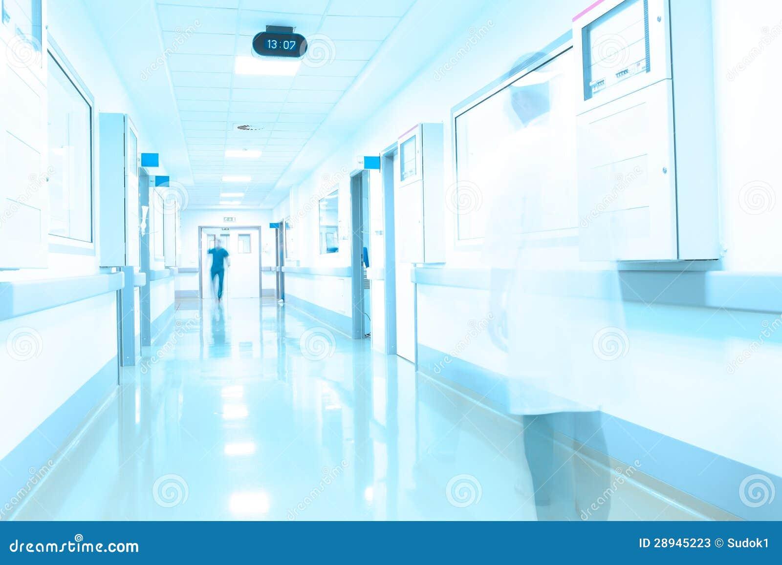 Couloir moderne dhôpital. Mouvement du personnel médical.