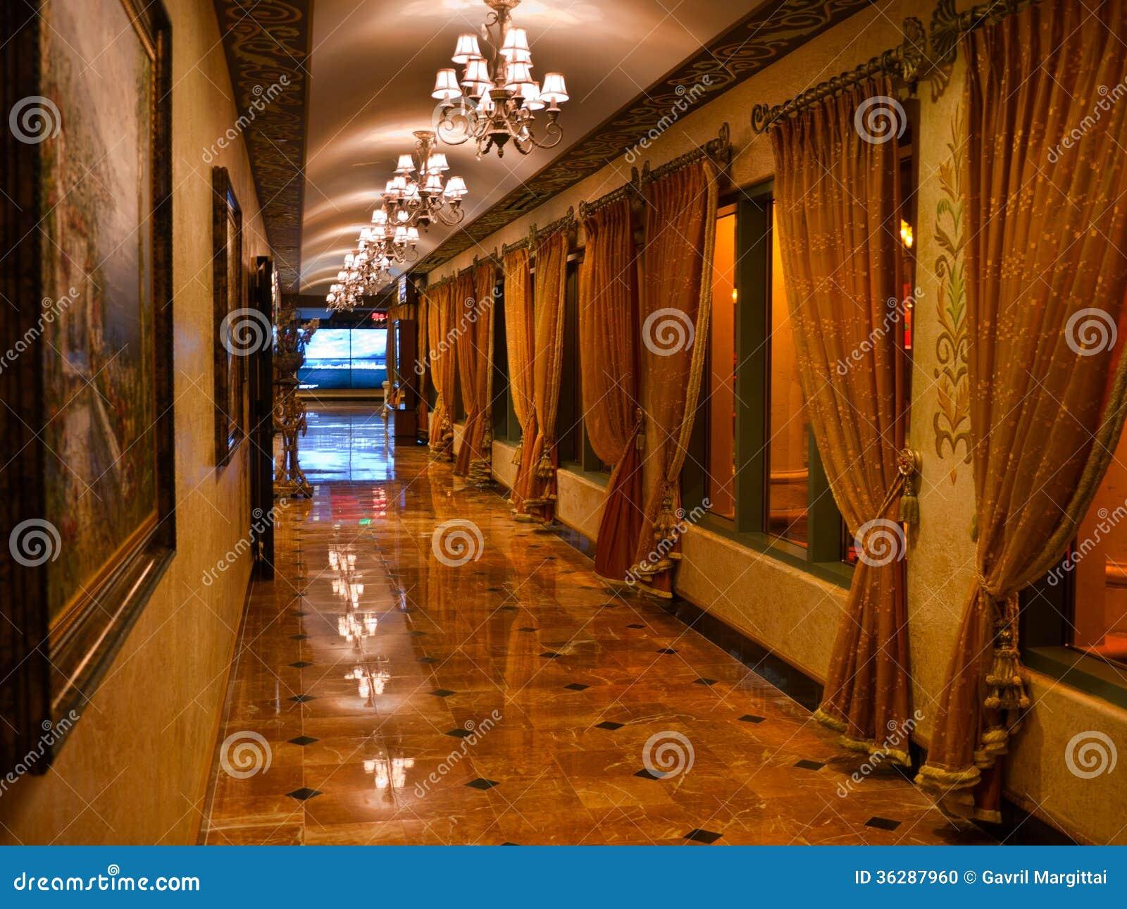 Couloir Opulent Avec Le Plancher Et Les Rideaux De Marbre Photo
