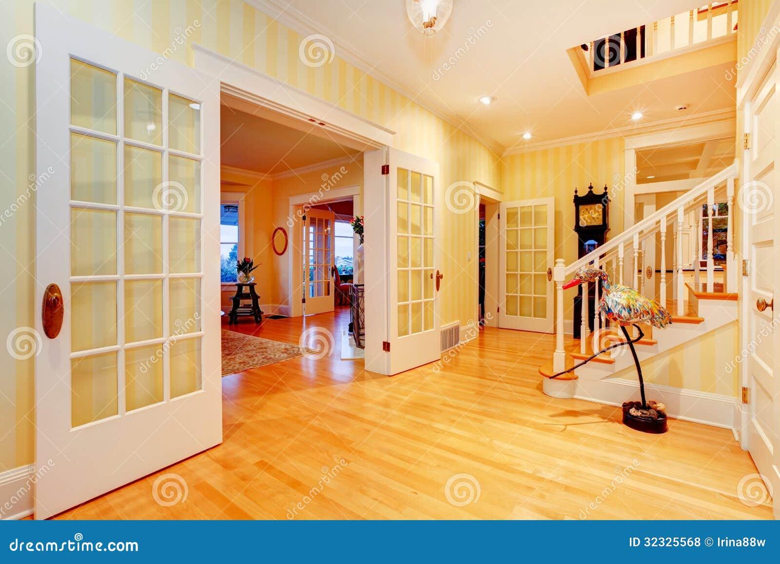 couloir principal la maison de luxe jaune lumineux d 39 or entr e avec l 39 escalier photo stock. Black Bedroom Furniture Sets. Home Design Ideas