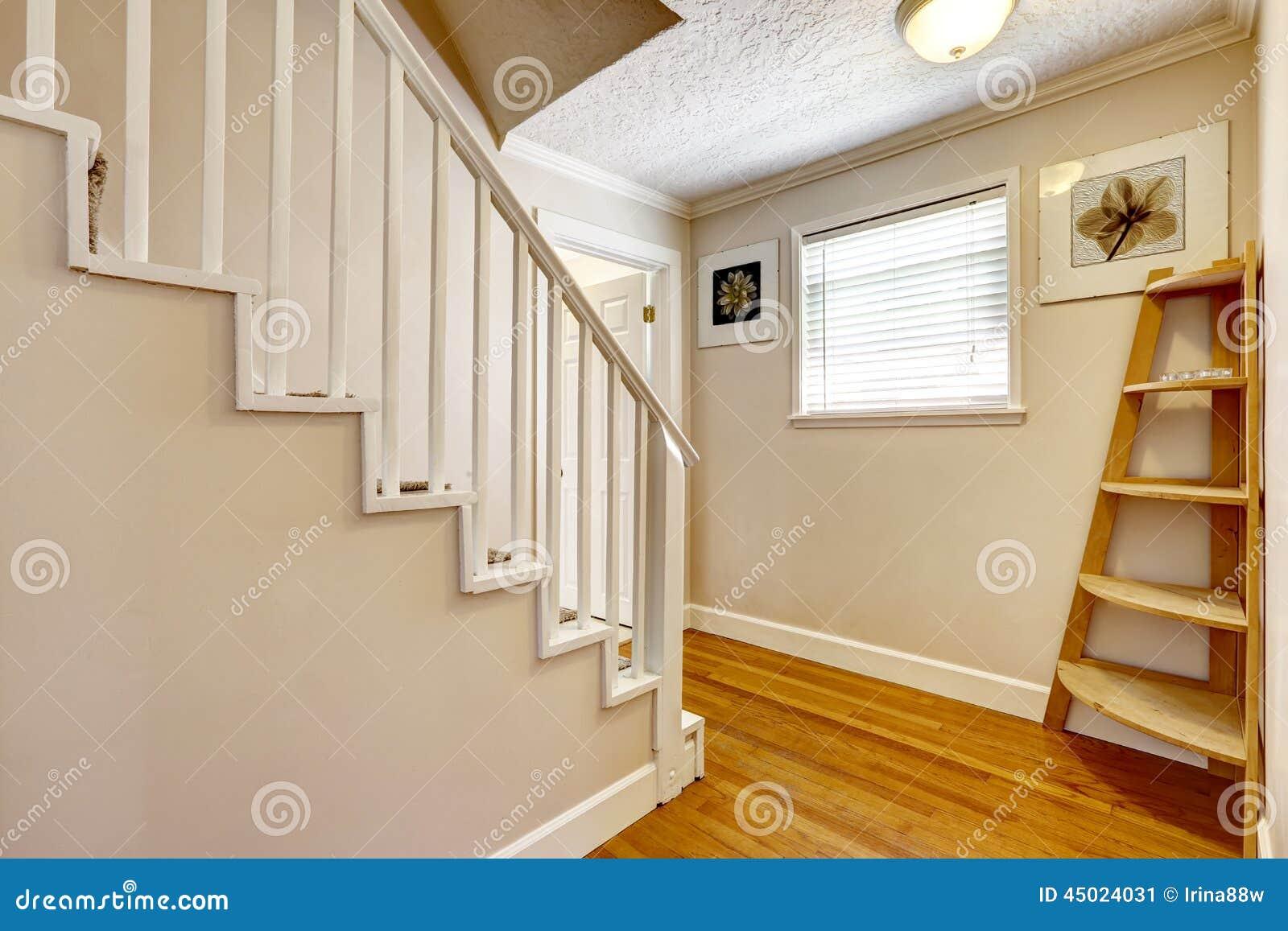 Couloir vide avec l 39 escalier photo stock image 45024031 - Couloir avec escalier ...
