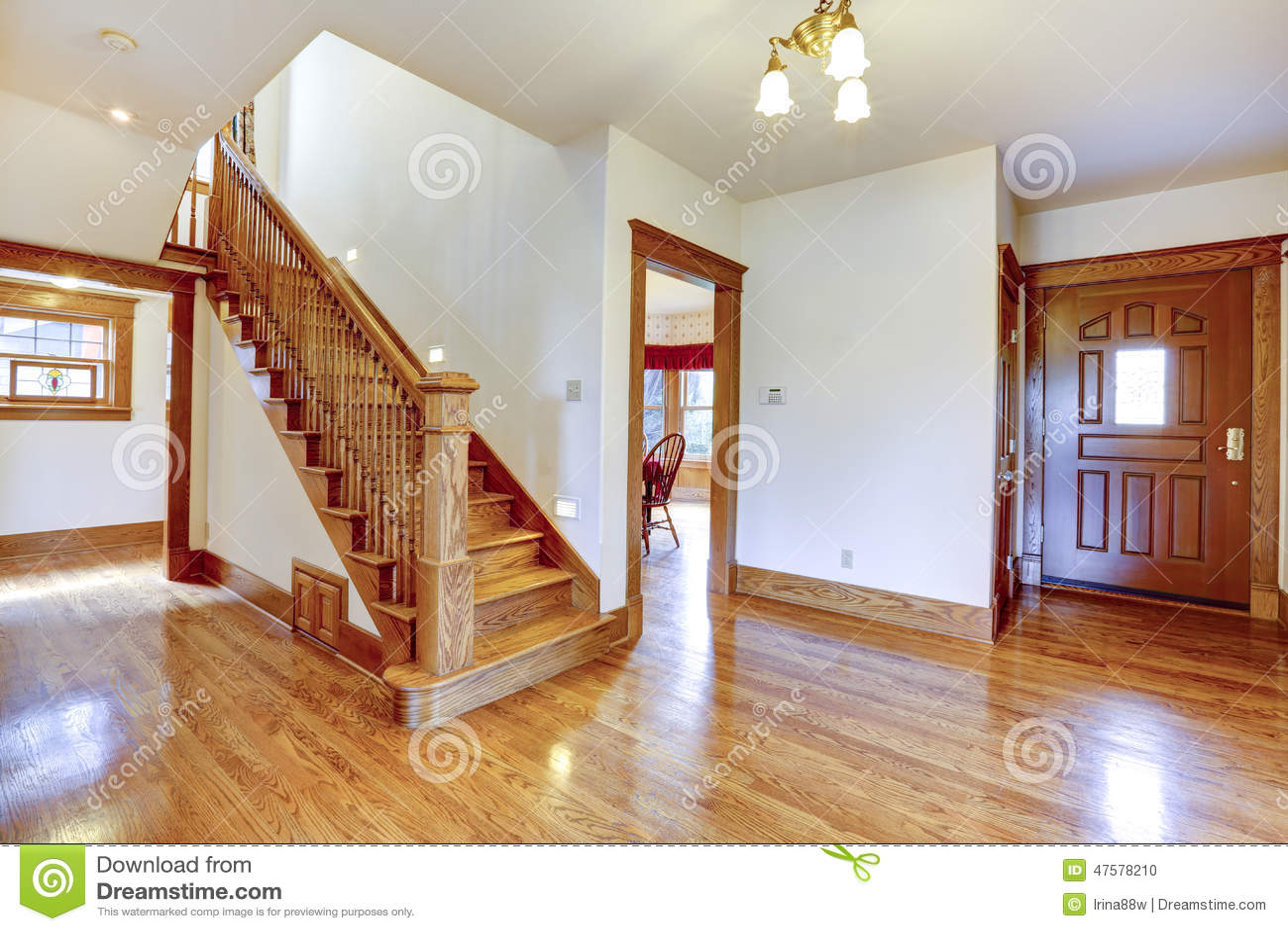 Couloir vide d 39 entr e avec l 39 escalier en bois photo stock - Couloir avec escalier ...