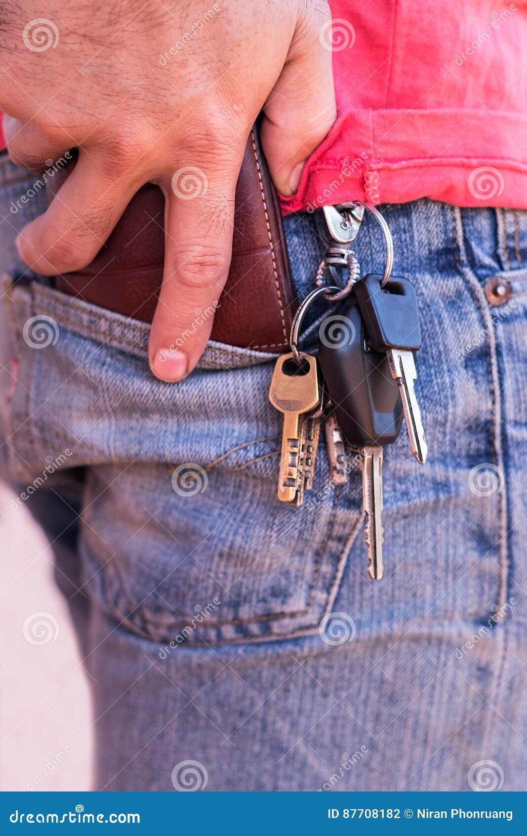 Coup de Keychain sur des jeans d homme d affaires