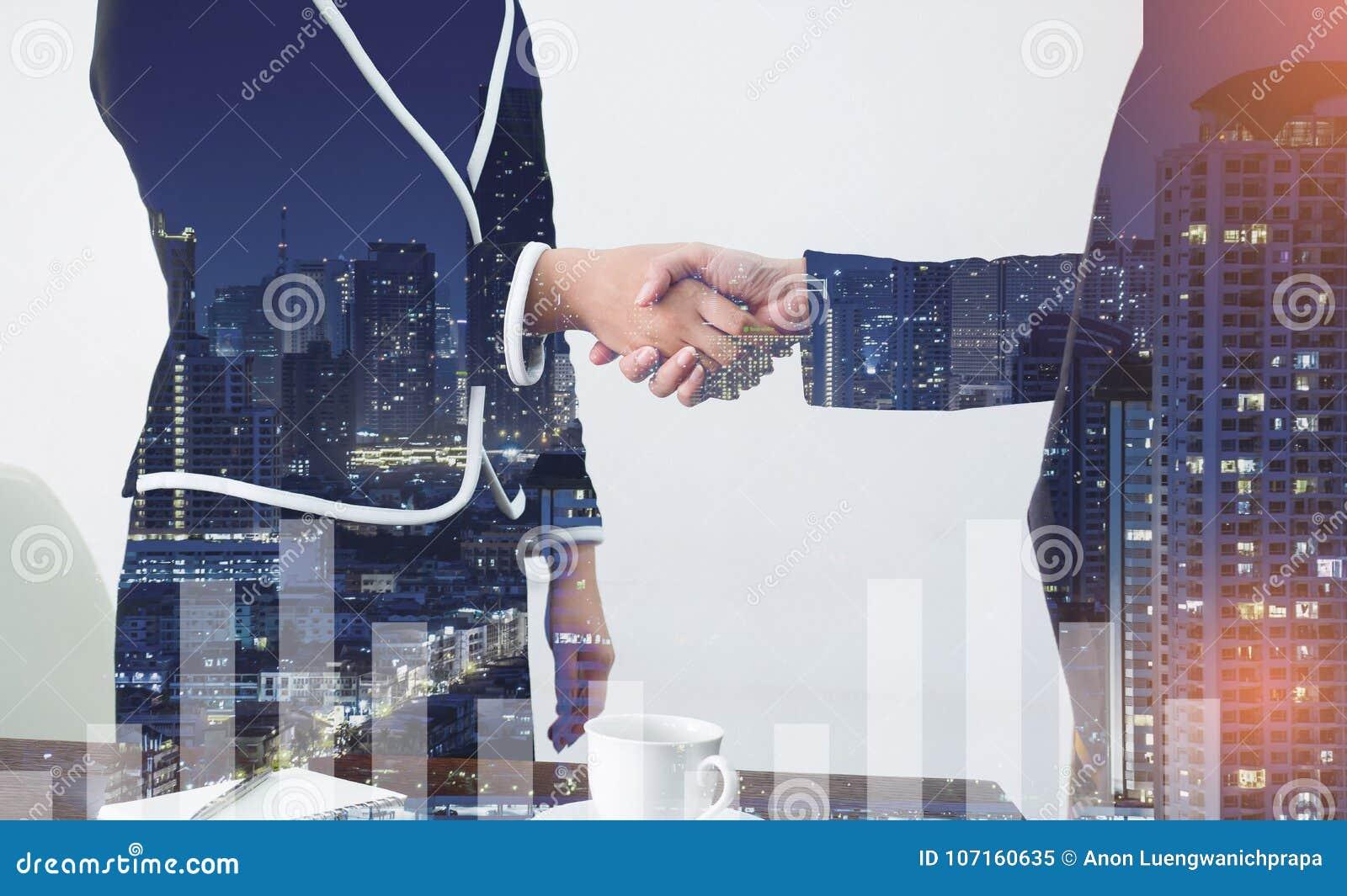 Coup de main Deux gens d affaires se serrant la main dans de