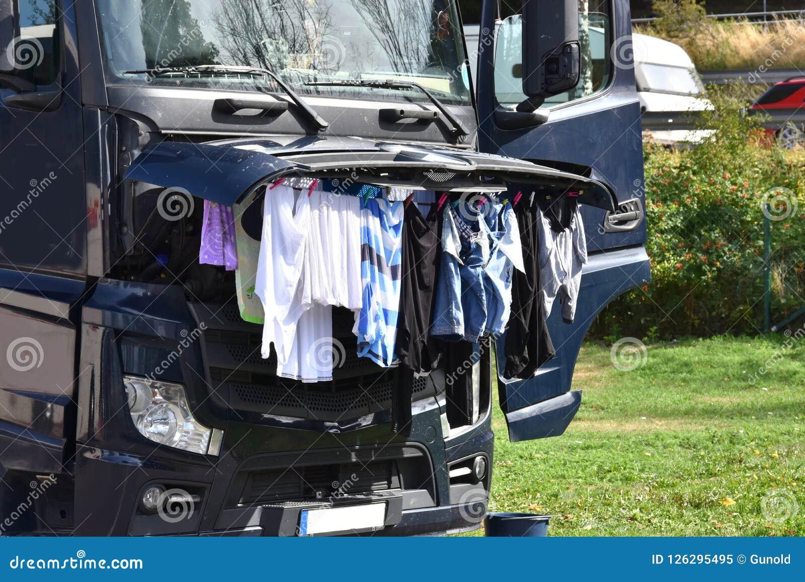 Coup de vêtements à sécher sous le capot ouvert
