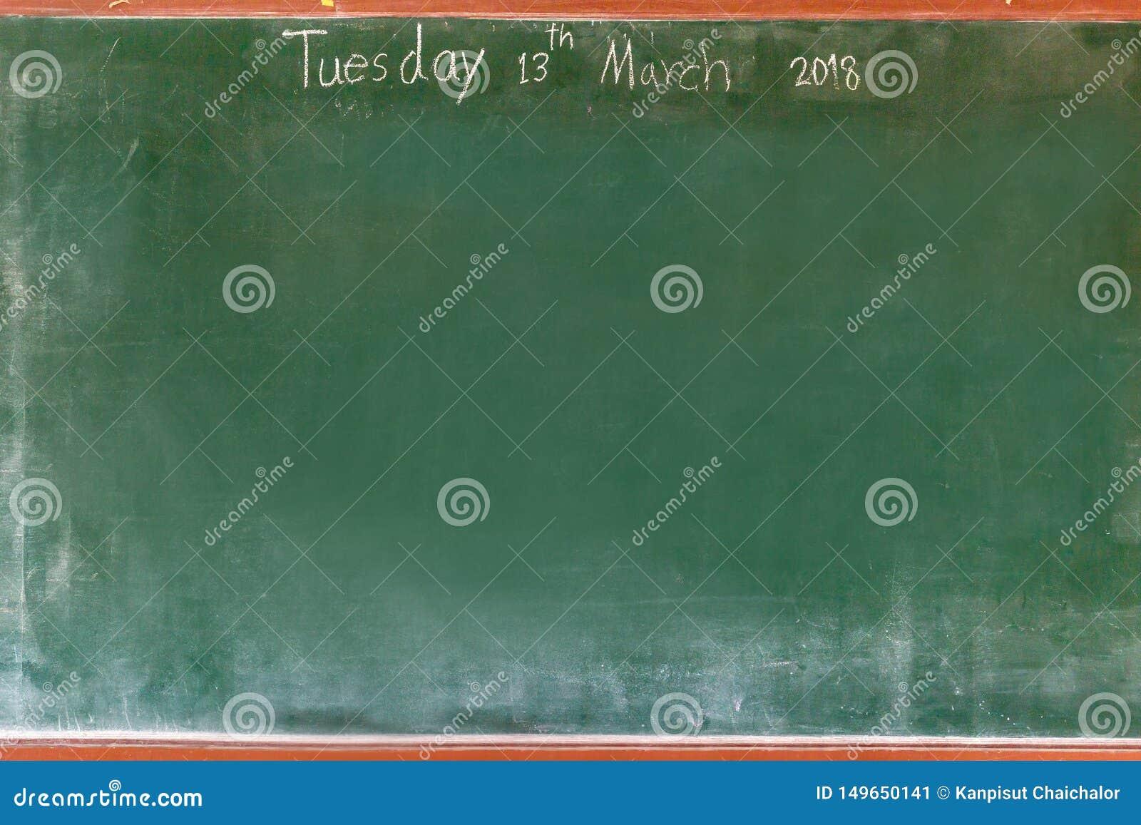 Coup vert vide de texture de tableau sur le mur blanc double cadre de greenboard et de fond blanc