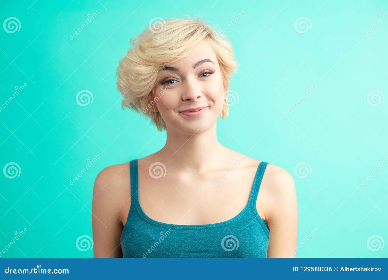 Coupe De Cheveux De Mode Coiffure Femme Avec La Coiffure Blonde Courte Photo Stock Image Du Blonde Coiffure 129580336