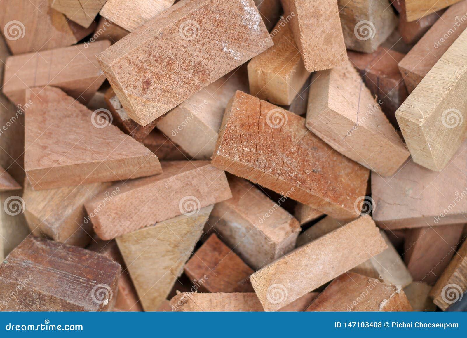 Coupe en bois sciée empilée parfaitement comme backround ou utilisation de jouer comme jouets