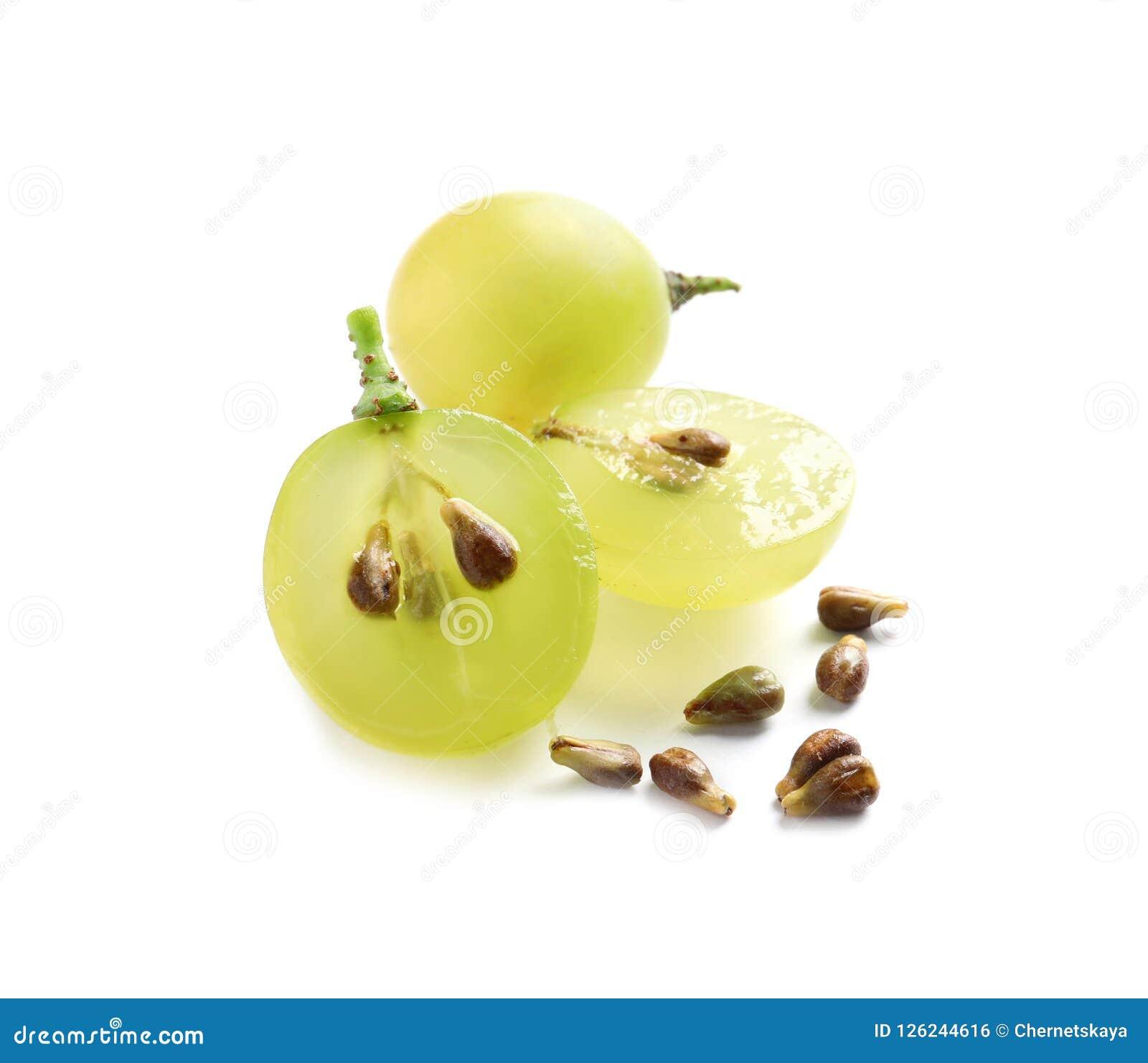 Coupe et raisins juteux mûrs frais entiers avec des graines