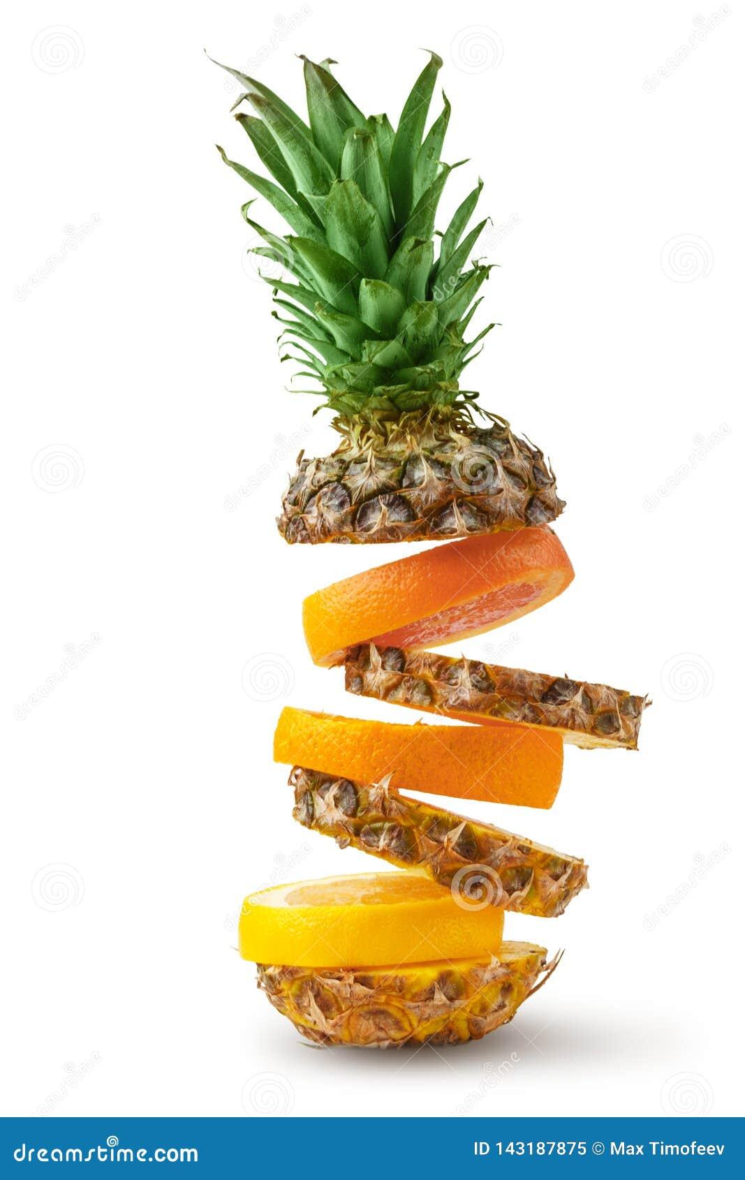 Coupe juteuse d ananas, d orange et de pamplemousse en morceaux sur un fond blanc D isolement