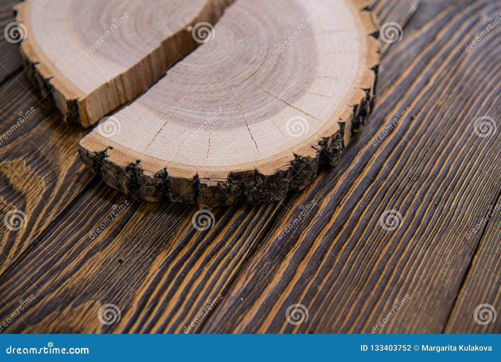 Coupe ronde de tronçon d arbre avec les anneaux annuels sur le fond en bois de la vue supérieure