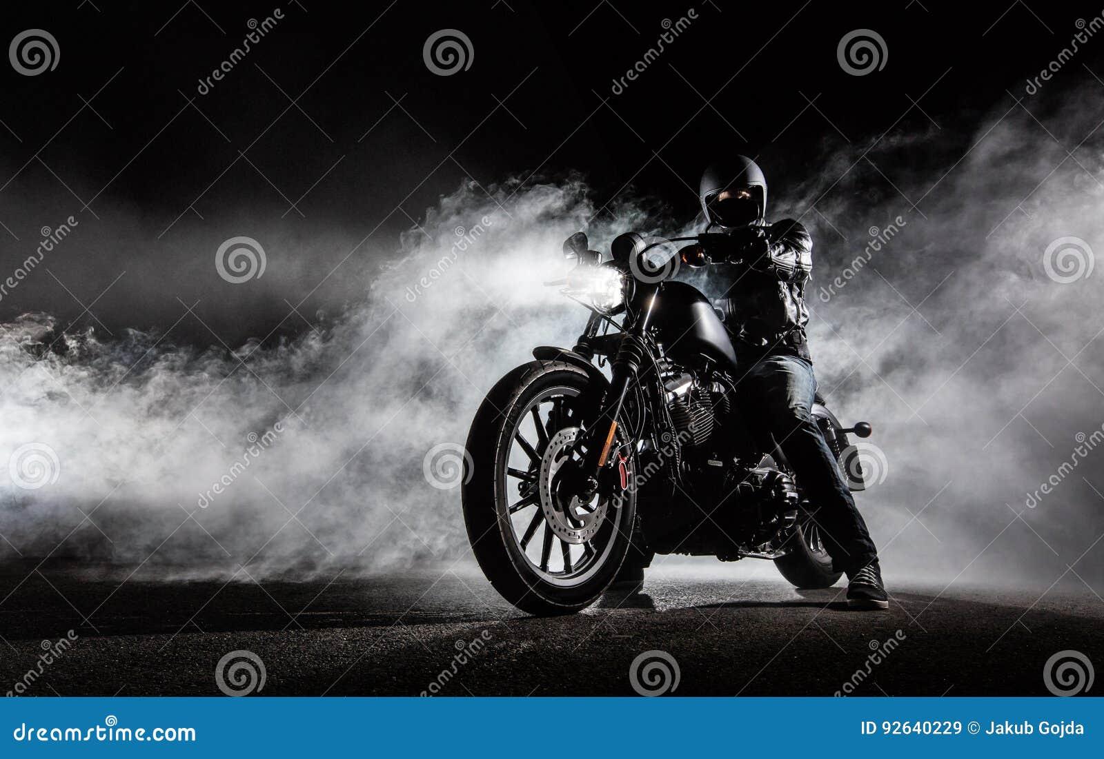 Moto La Avec Élevée Le Cavalier L'homme De Couperet Puissance yYb67fg
