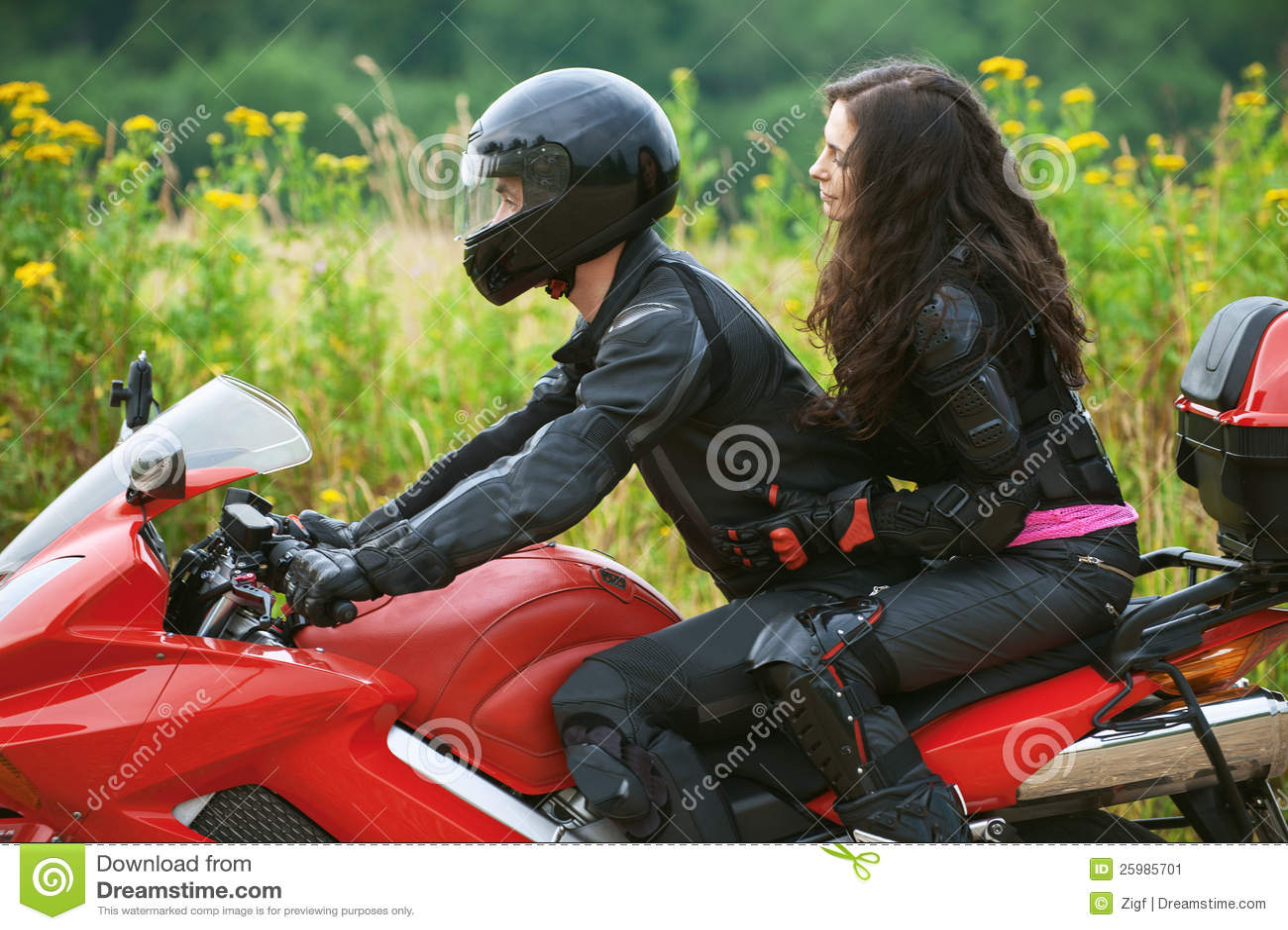 Фото девушек на мотоцикле в шлеме с парнем