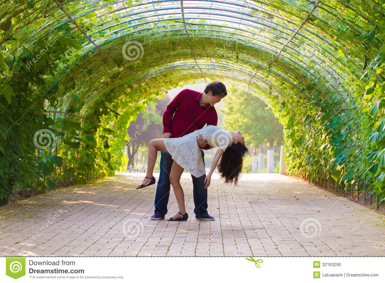 Couple dance in the green tunnel
