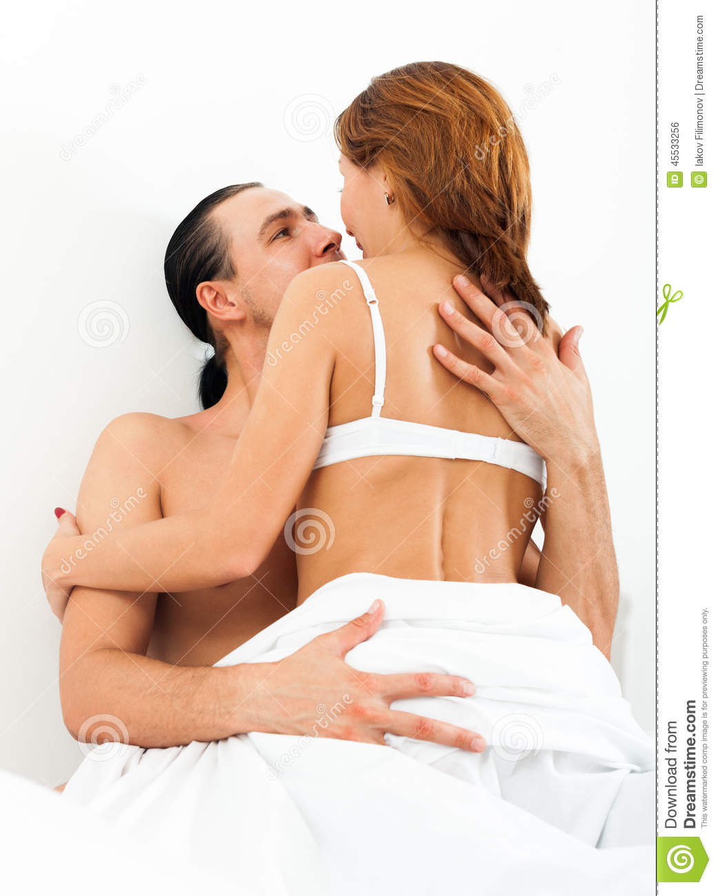 Man kiss woman without clothes in bed