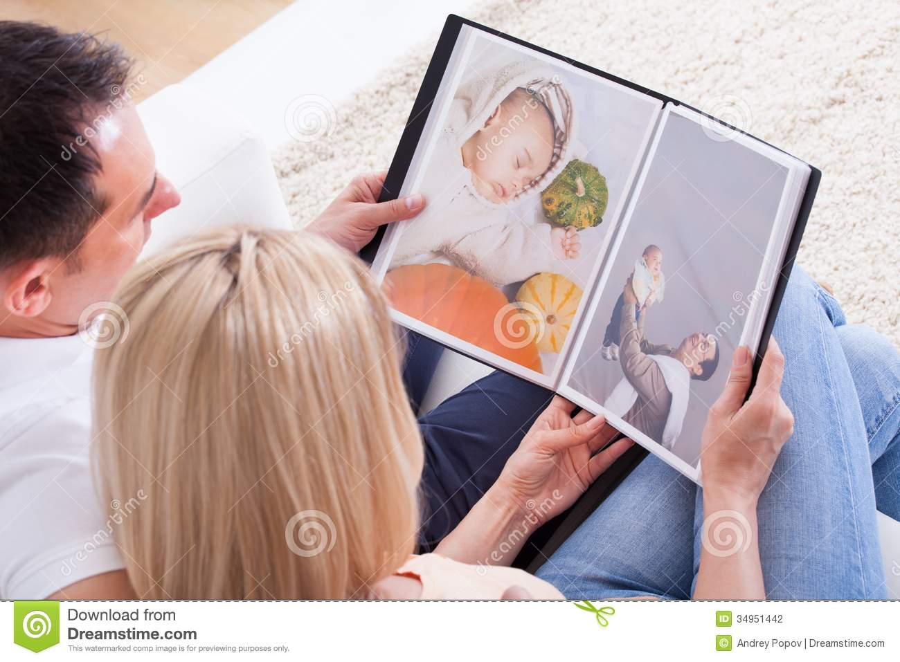 Fabuleux They Look At Family Photo Album Stock Image - Image: 52424477 QK97