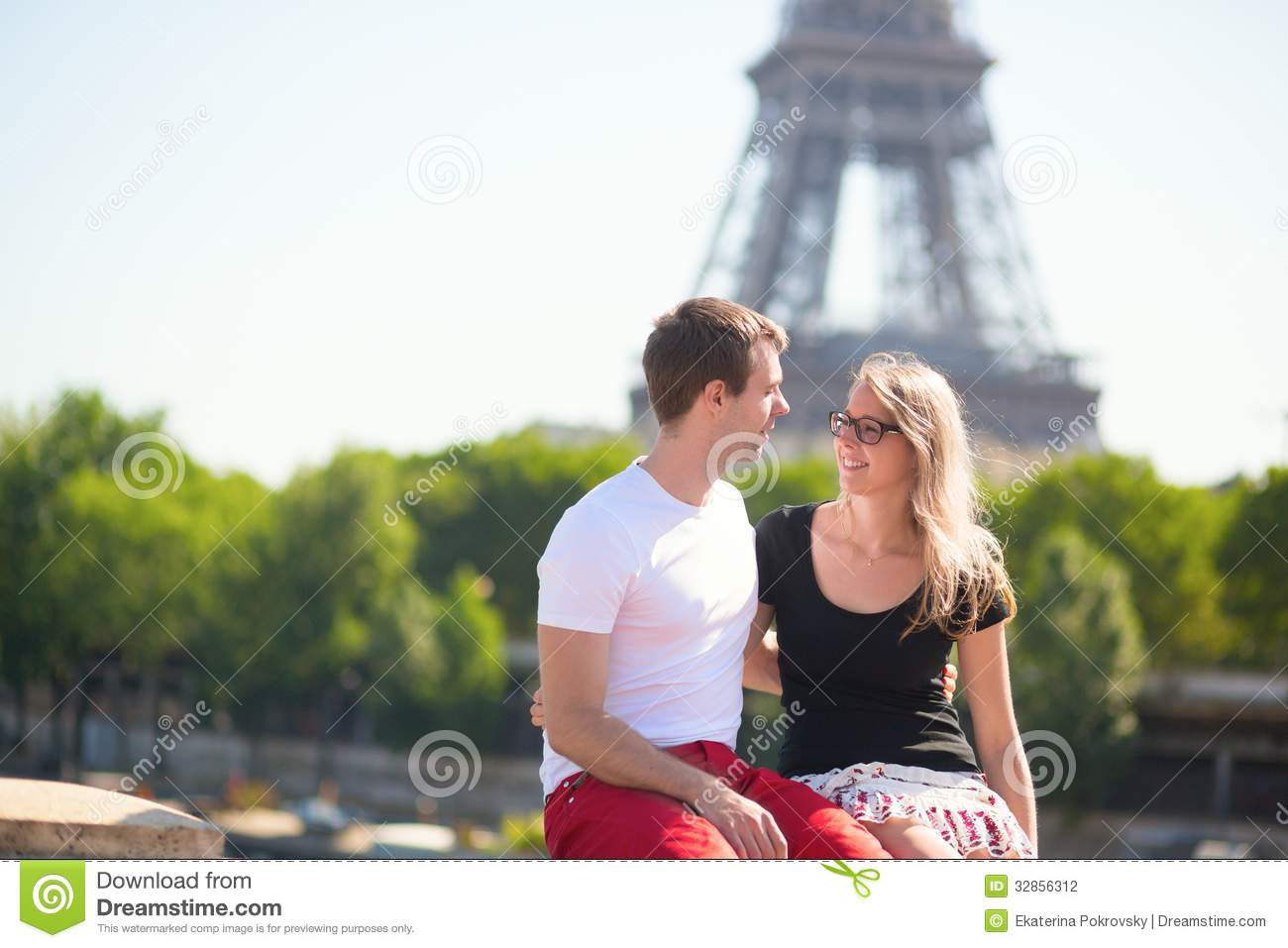 Couple in Paris, Eiffel tower in the background