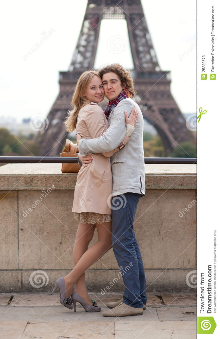 couple in paris by the eiffel tower hugging royalty free stock photos image 25230678. Black Bedroom Furniture Sets. Home Design Ideas