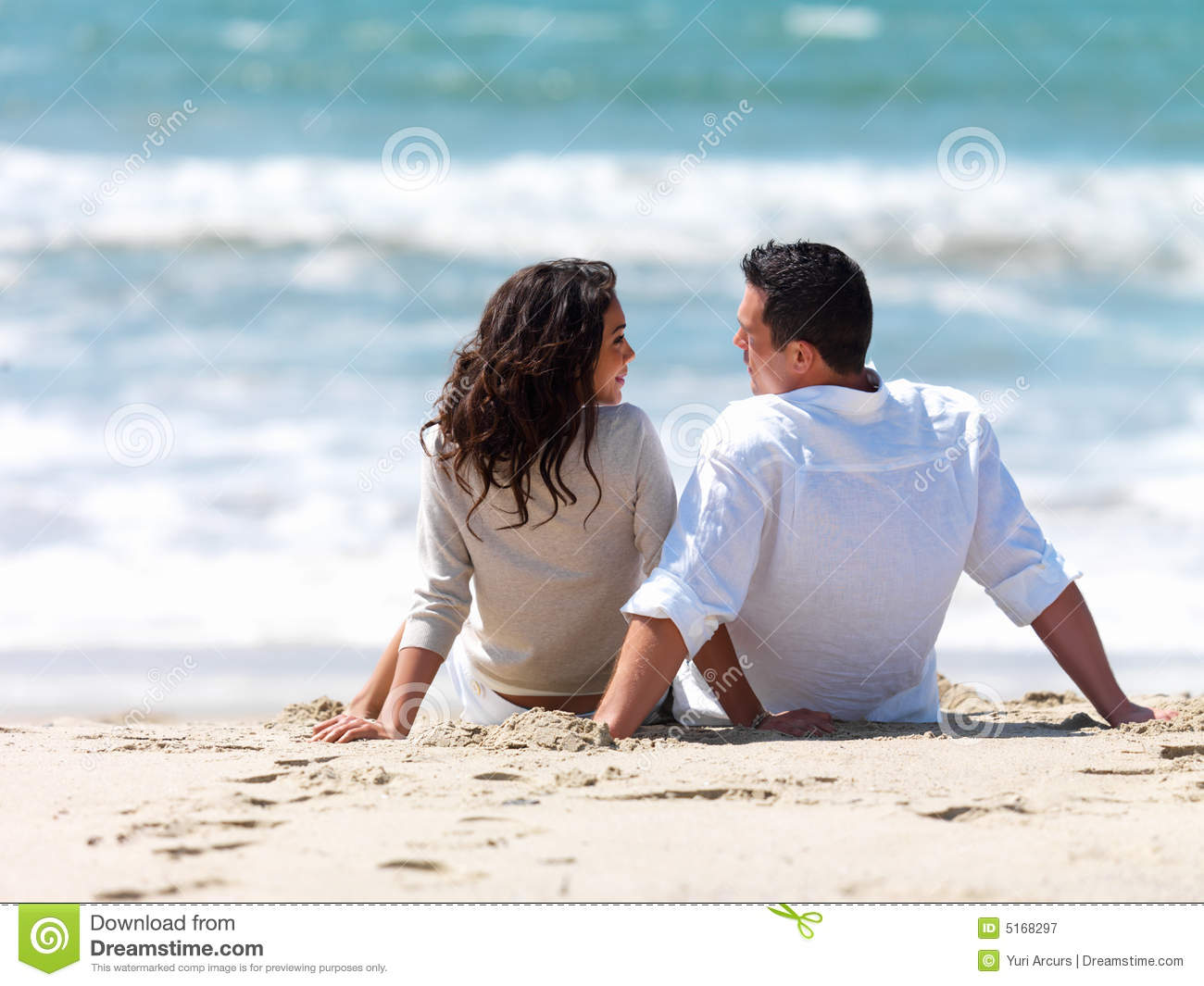 Versiculos De La Biblia De Animo: Couple Sitting Together On Beach Stock Image