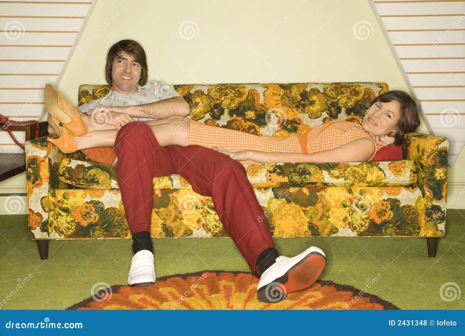 Фото мужик лежит на диване 21 фотография