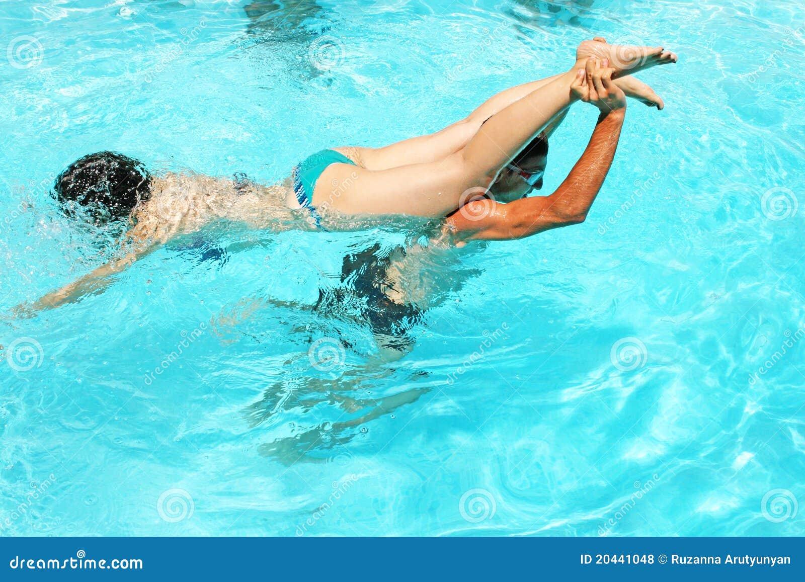 Фото парней в басейне 20 фотография