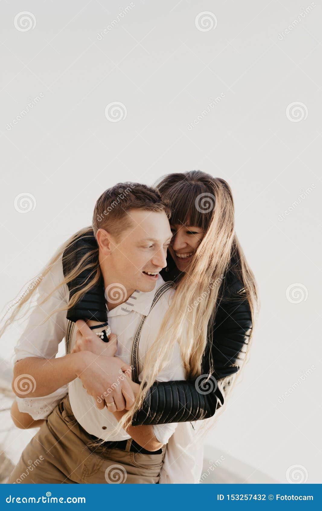 Couples élégants et affectueux s amusant - image