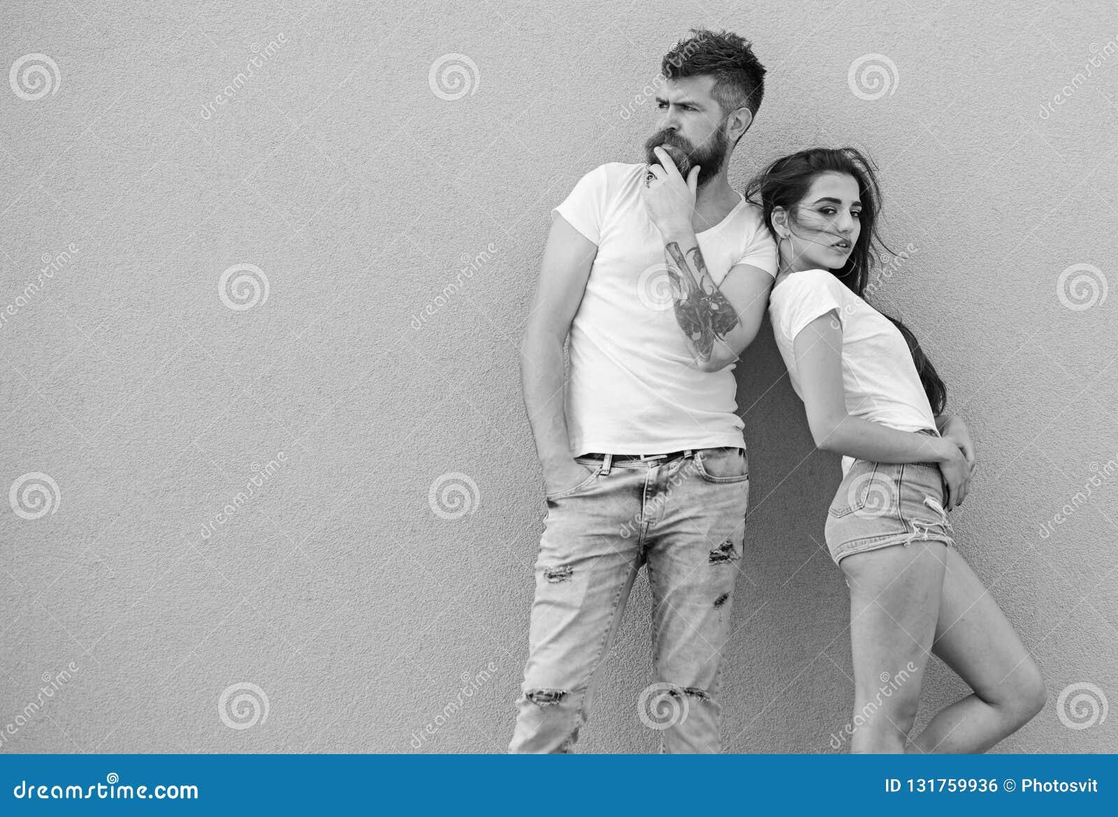 Couples élégants La jeunesse moderne choisissent l habillement confortable Façonnez à tendance l habillement simple confortable p