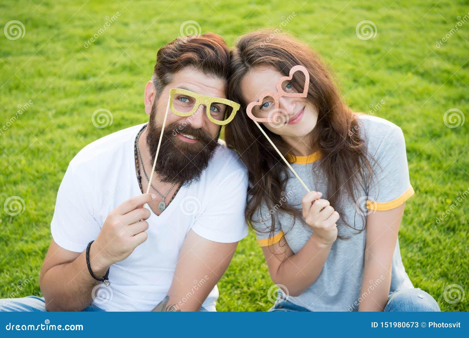 Couples émotifs rayonnant le bonheur Histoire d amour Couplez la pelouse verte de détente Hippie barbu d homme et jolie femme ded